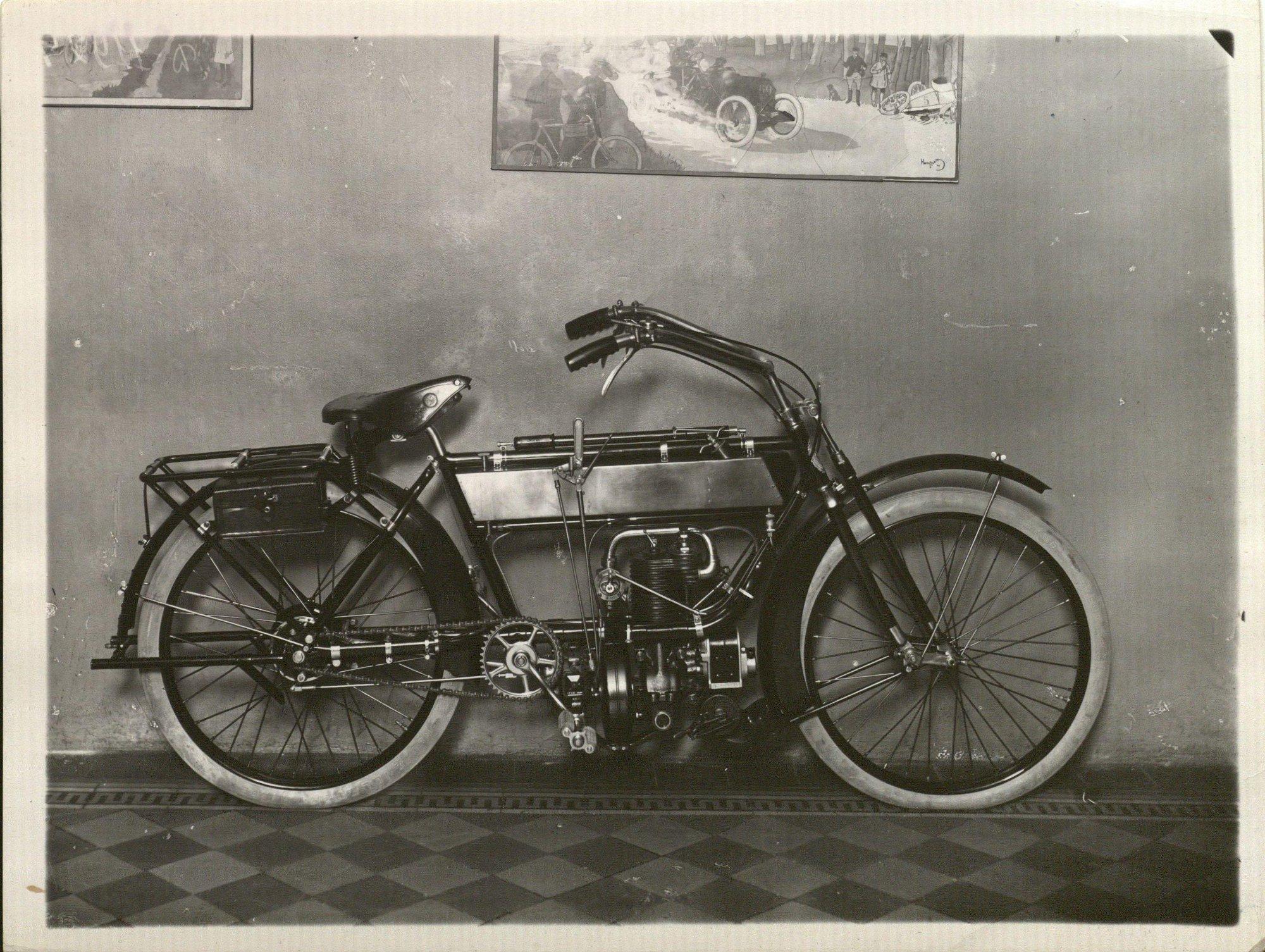 1912. Мотоциклет «Индиан» (вид с боку), продаваемый Торговым домом «Победа» фирмы Н.В.Соколова и Ко.