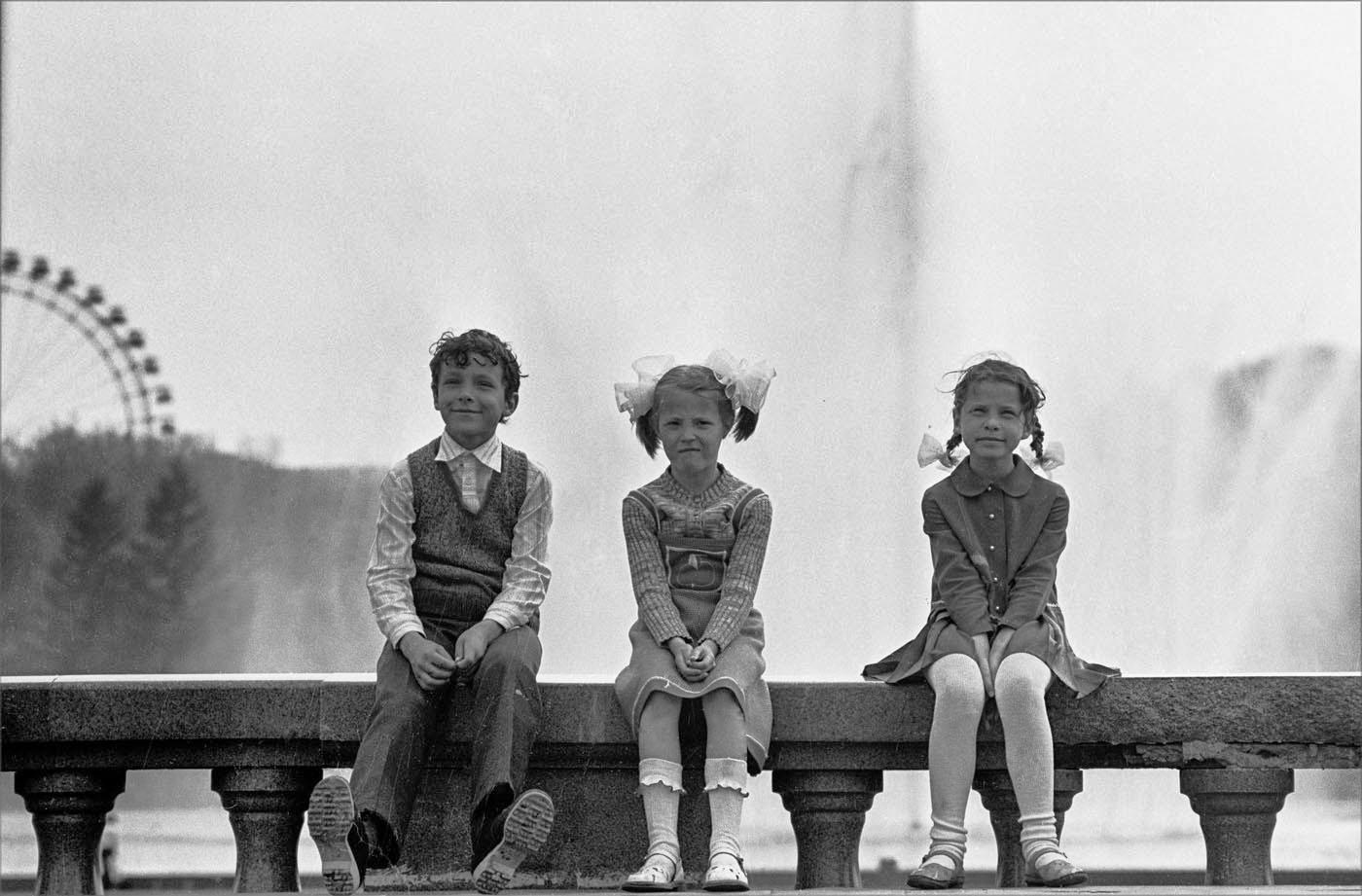 1983. Дети на фоне фонтана в Парке Горького. 3 июля