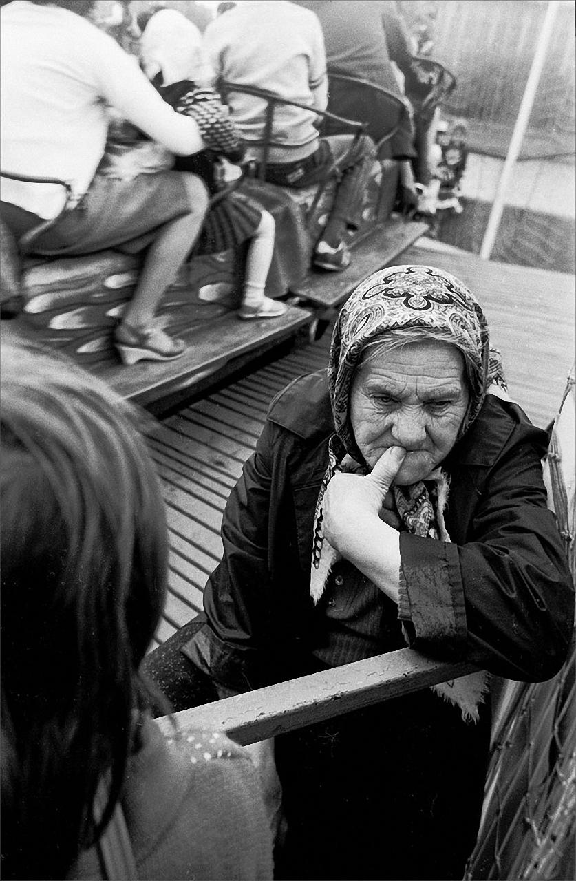 1983. Смотрительница аттракциона в Парке Горького 2 июня