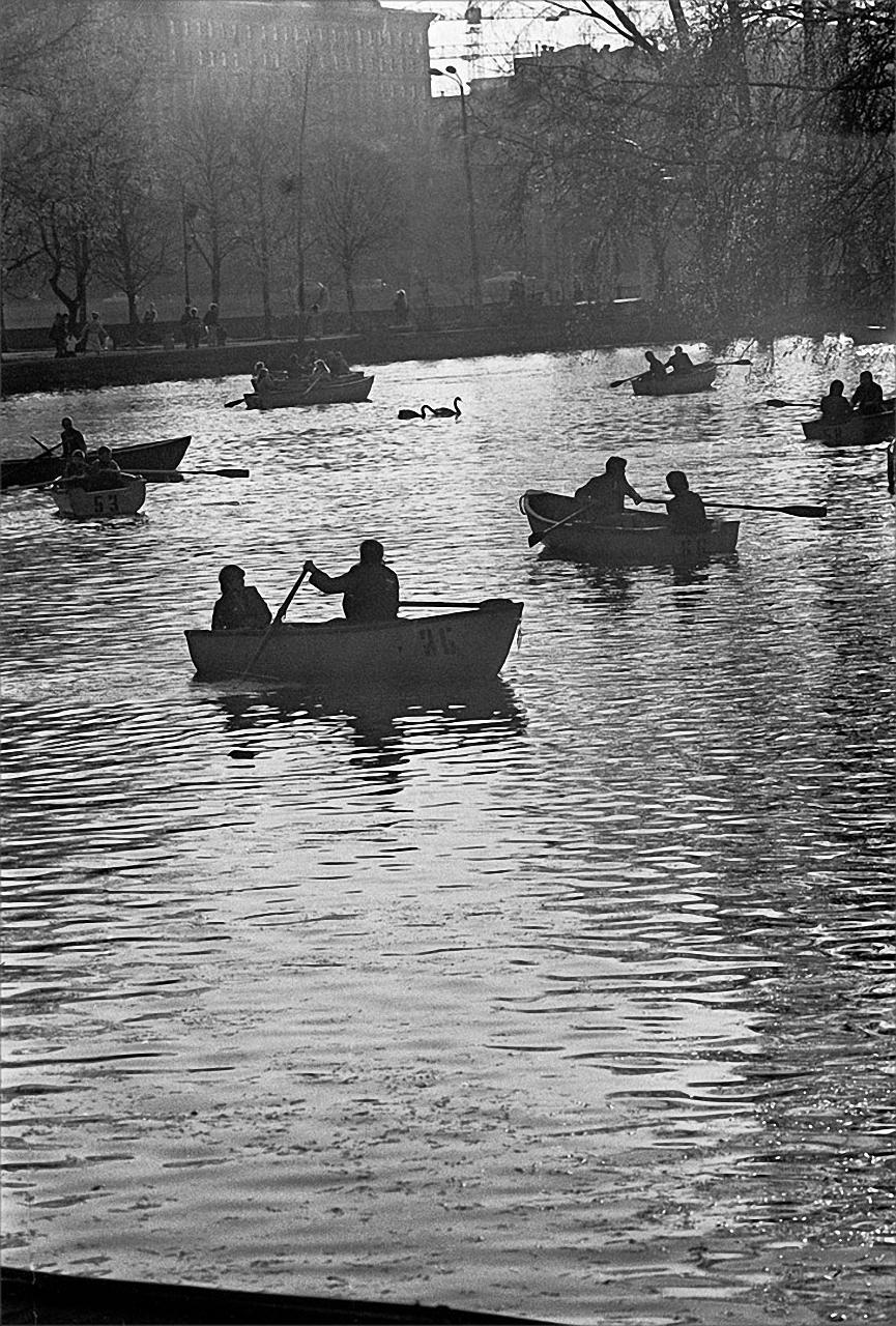 1985. Лодки на пруду в Парке Горького. 21 июня