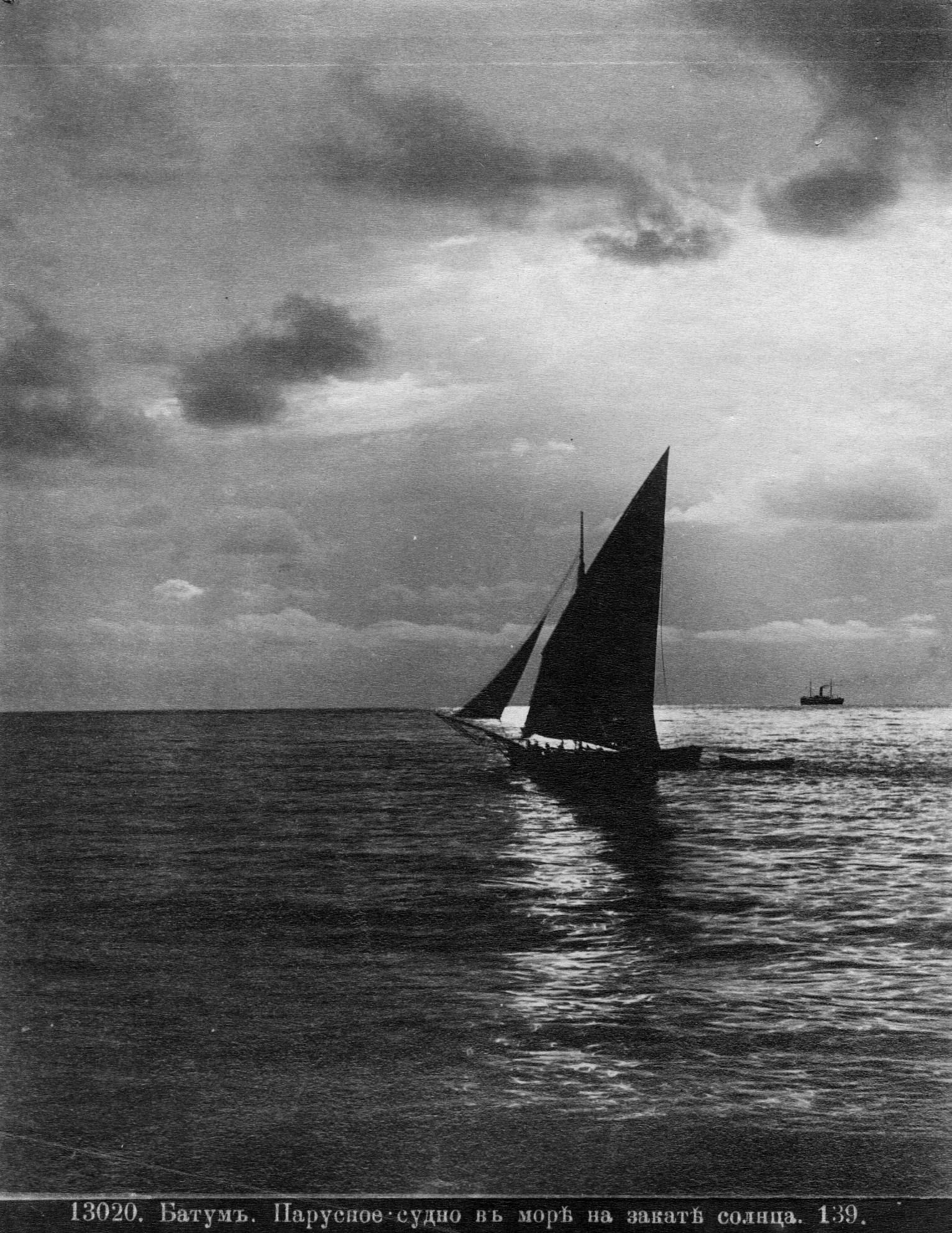 Парусное судно на море на закате солнца