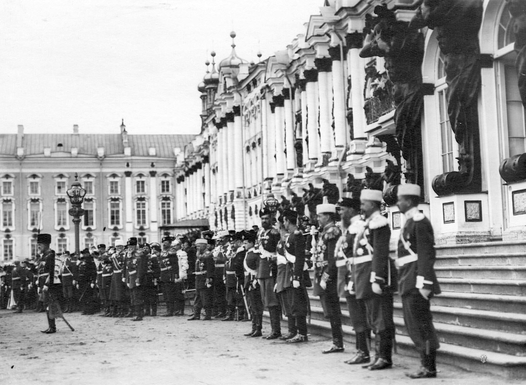 1905. Великие князья, генералитет на параде полка перед Екатериненским дворцом. 21 апреля