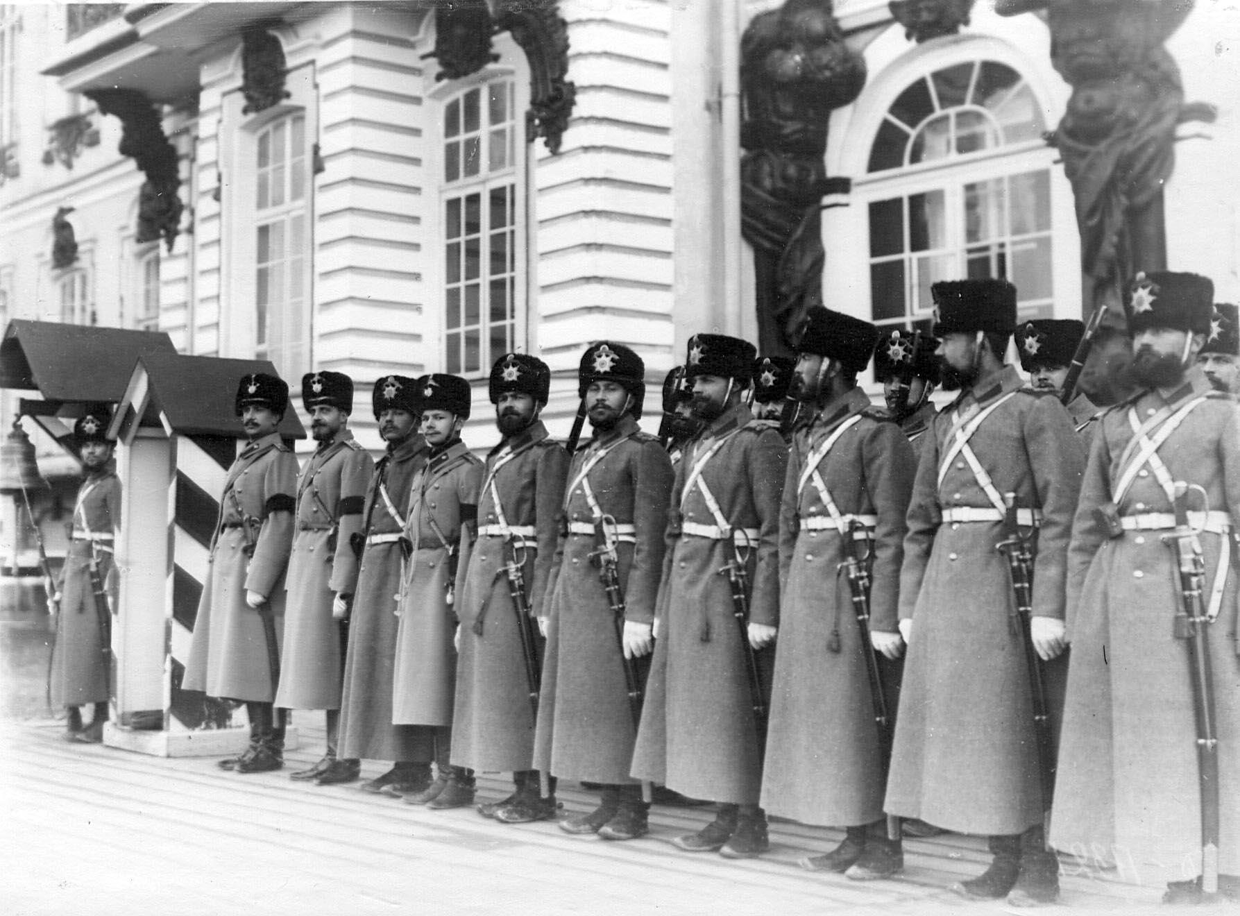 1905. Караул гусар у здания Екатерининского дворца. 21 апреля