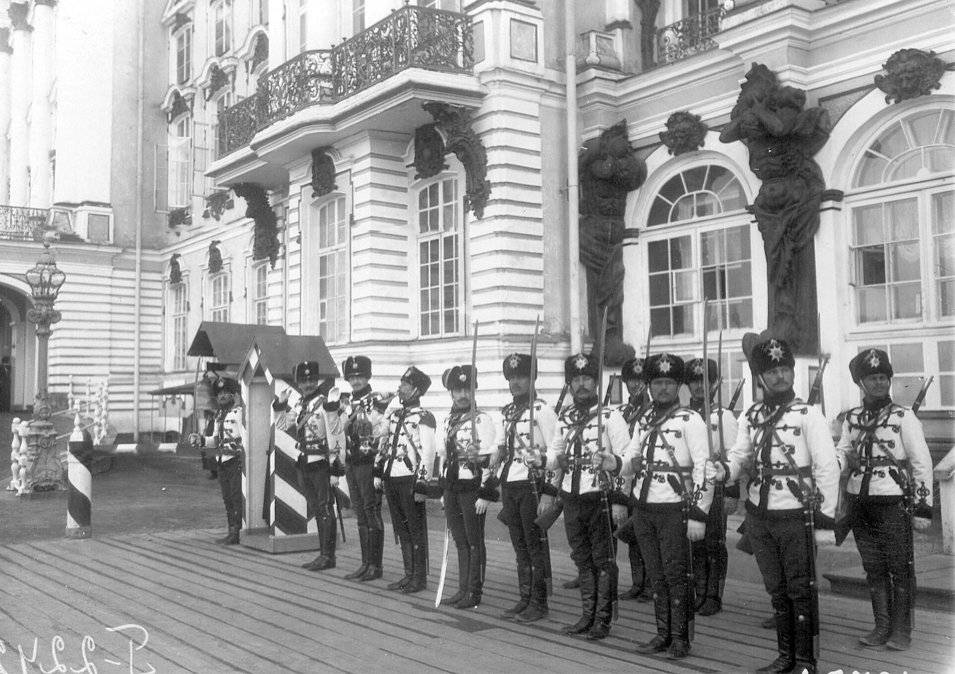 1905. Развод караула лейб-гвардии Гусарского Его Величества полка на плацу перед Большим Екатерининским дворцом. 21 апреля