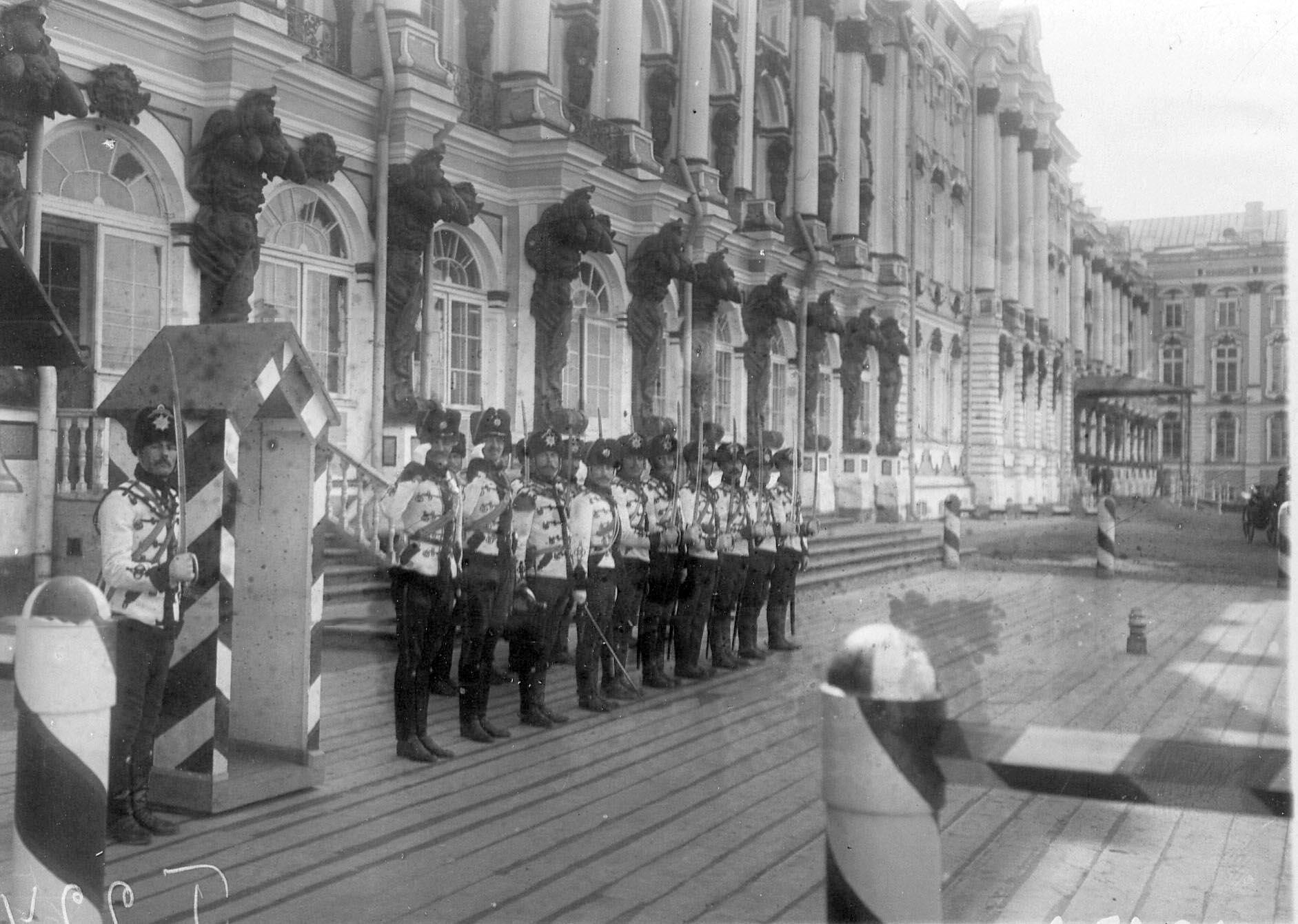 1905. Развод караула полка на плацу перед Екатерининским дворцом. 21 апреля