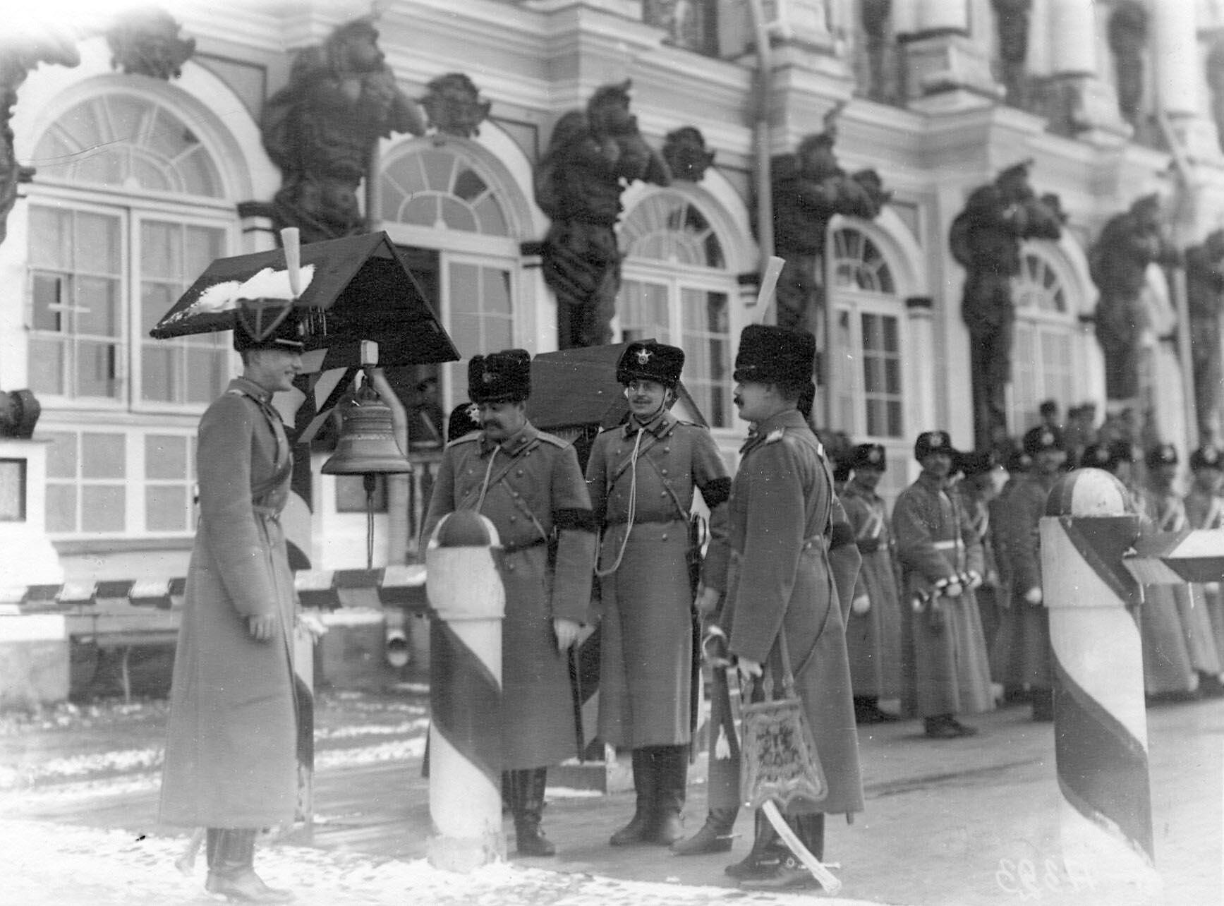 1909-1913. Группа офицеров-гусар в карауле у здания Екатерининского дворца.