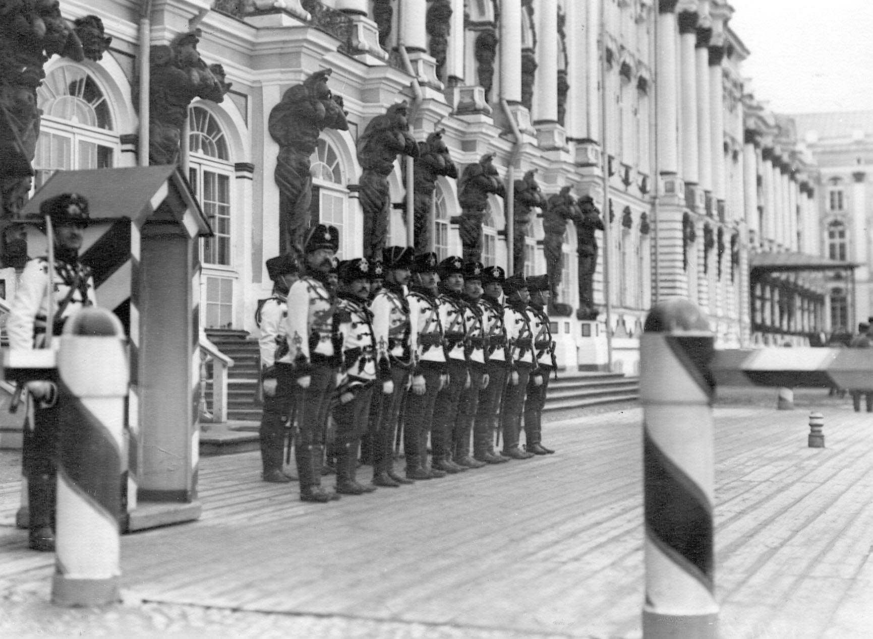 1909-1913. Караул гусар у здания Екатерининского дворца