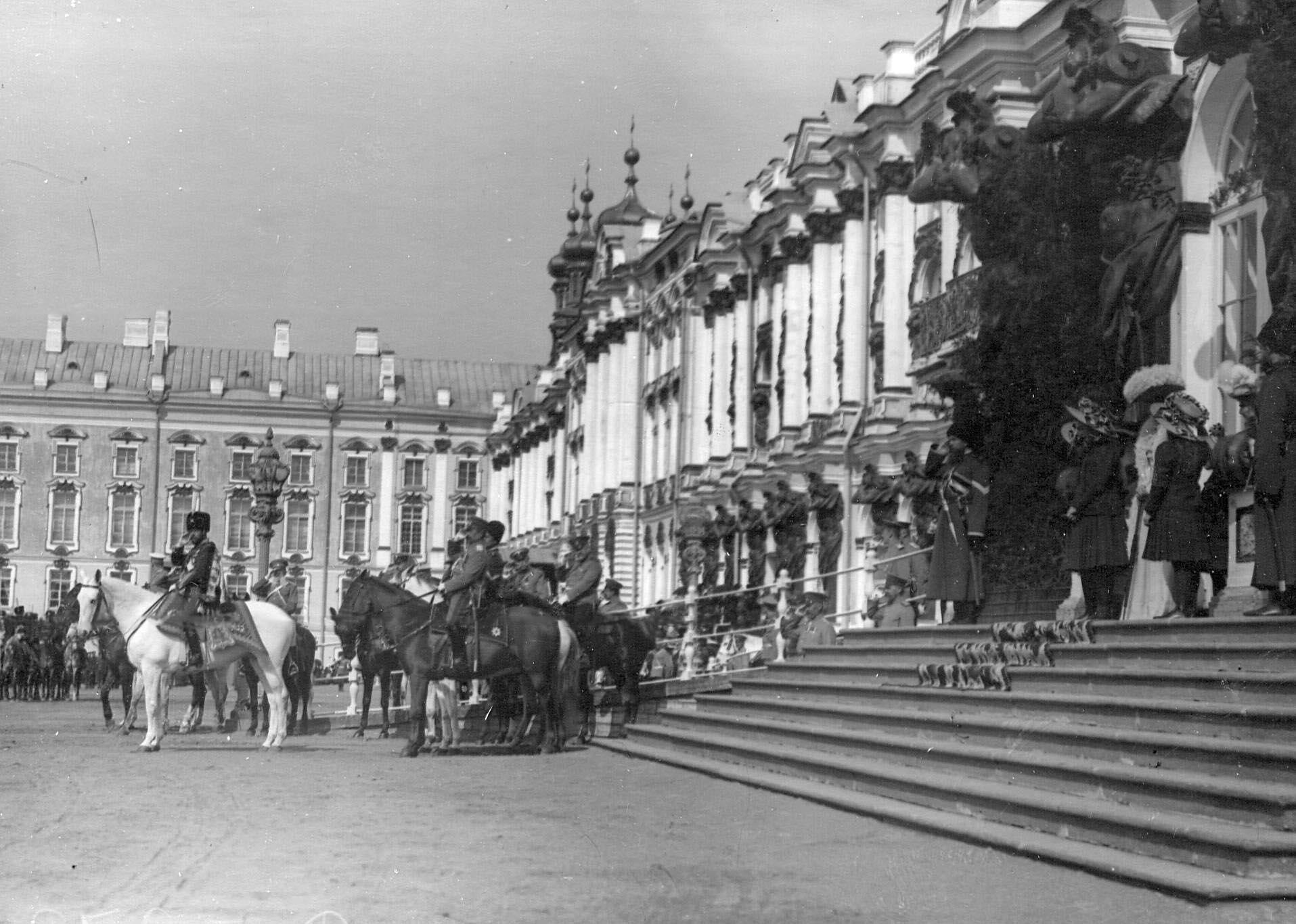 1909. Император Николай II со свитой и членами императорской фамилии у Екатерининского дворца во время церемониального марша лейб-гусар на параде полка. 15 мая