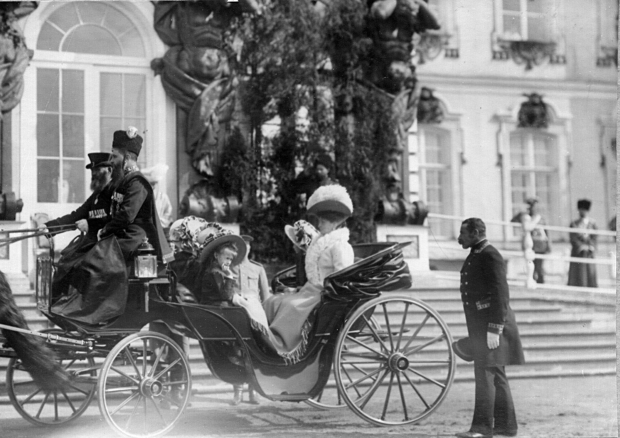 1909. Императрица Александра Федоровна с дочерьми в коляске у Большого Екатерининского дворца во время парада лейб-гвардии Гусарского его величества полка. 15 мая