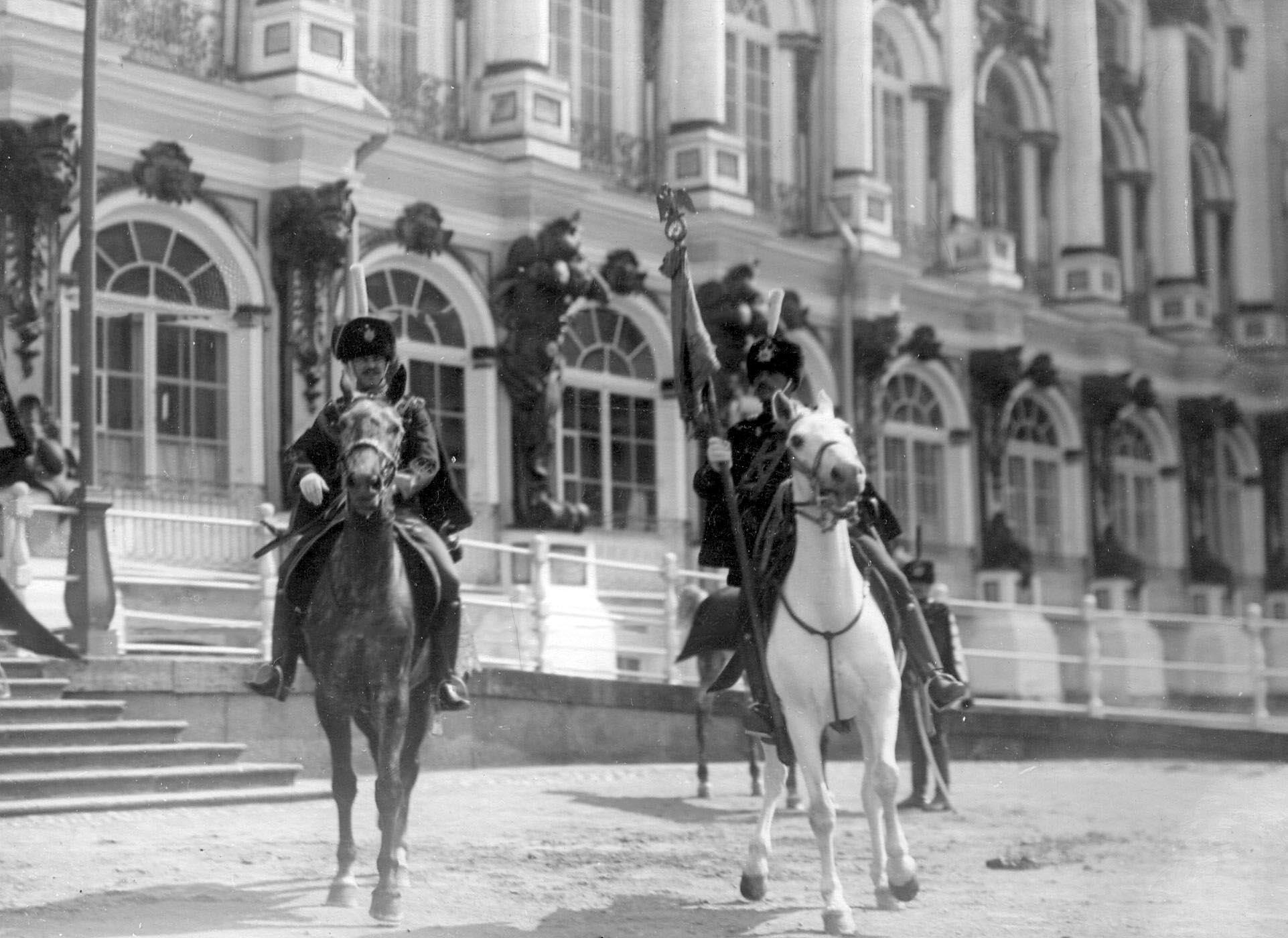 1910. Гусары с полковым штандартом и с охраной на параде полка. 15 мая