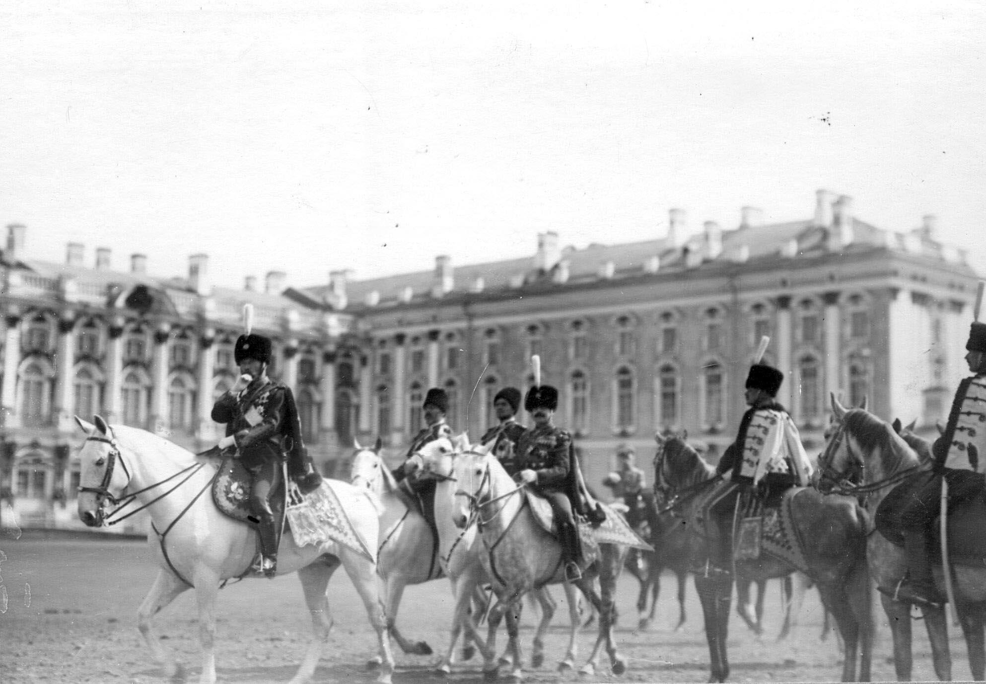 1910. Император Николай II  и командир полка флигель-адъютант, полковник В.Н.Воейков с сопровождающими их лицами у Екатерининского дворца на параде полка. 15 мая