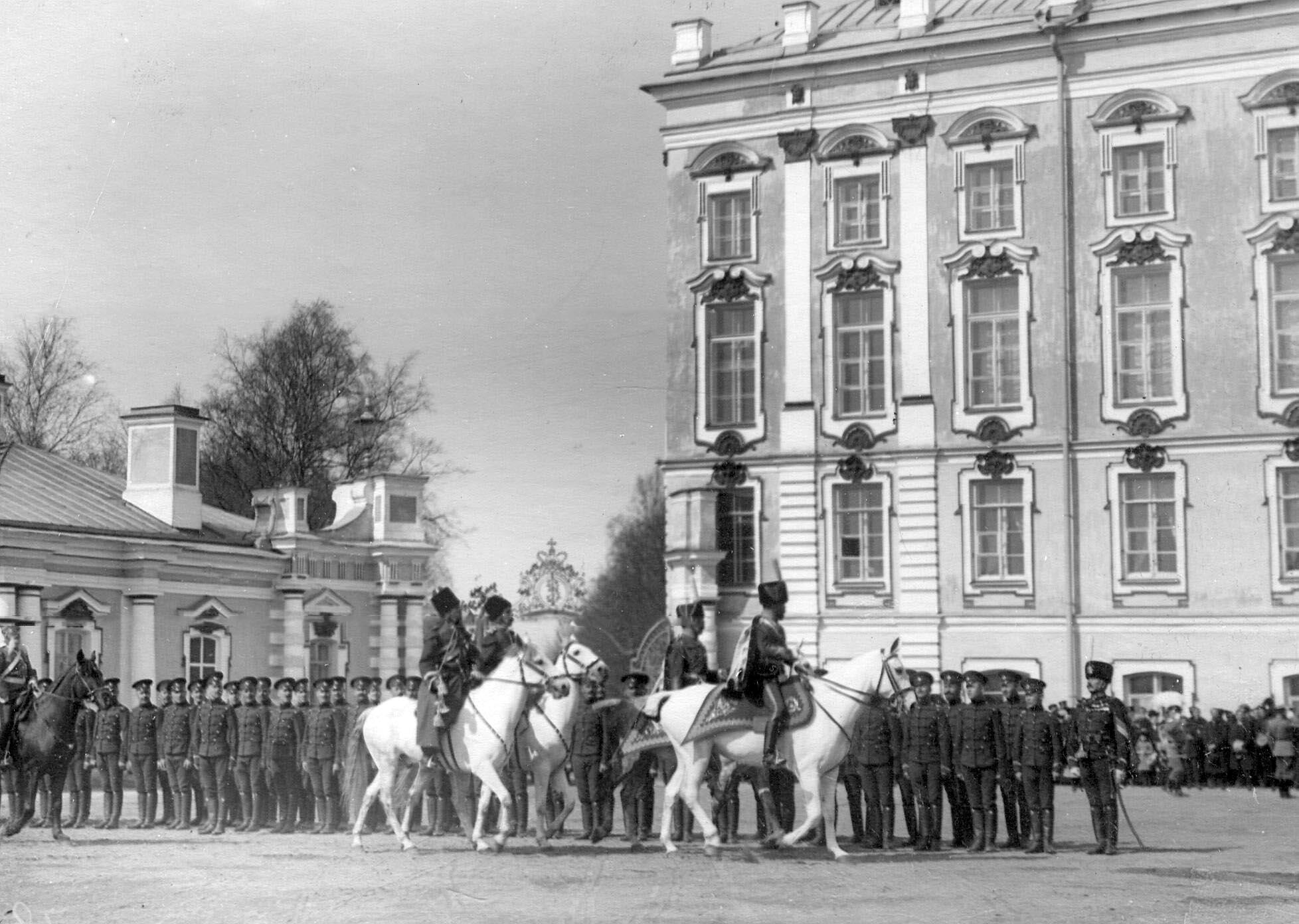 1910. Император Николай II проезжает по фронту выстроившихся на парад у Екатерининского дворца гусар нестроевой команды. 15 мая