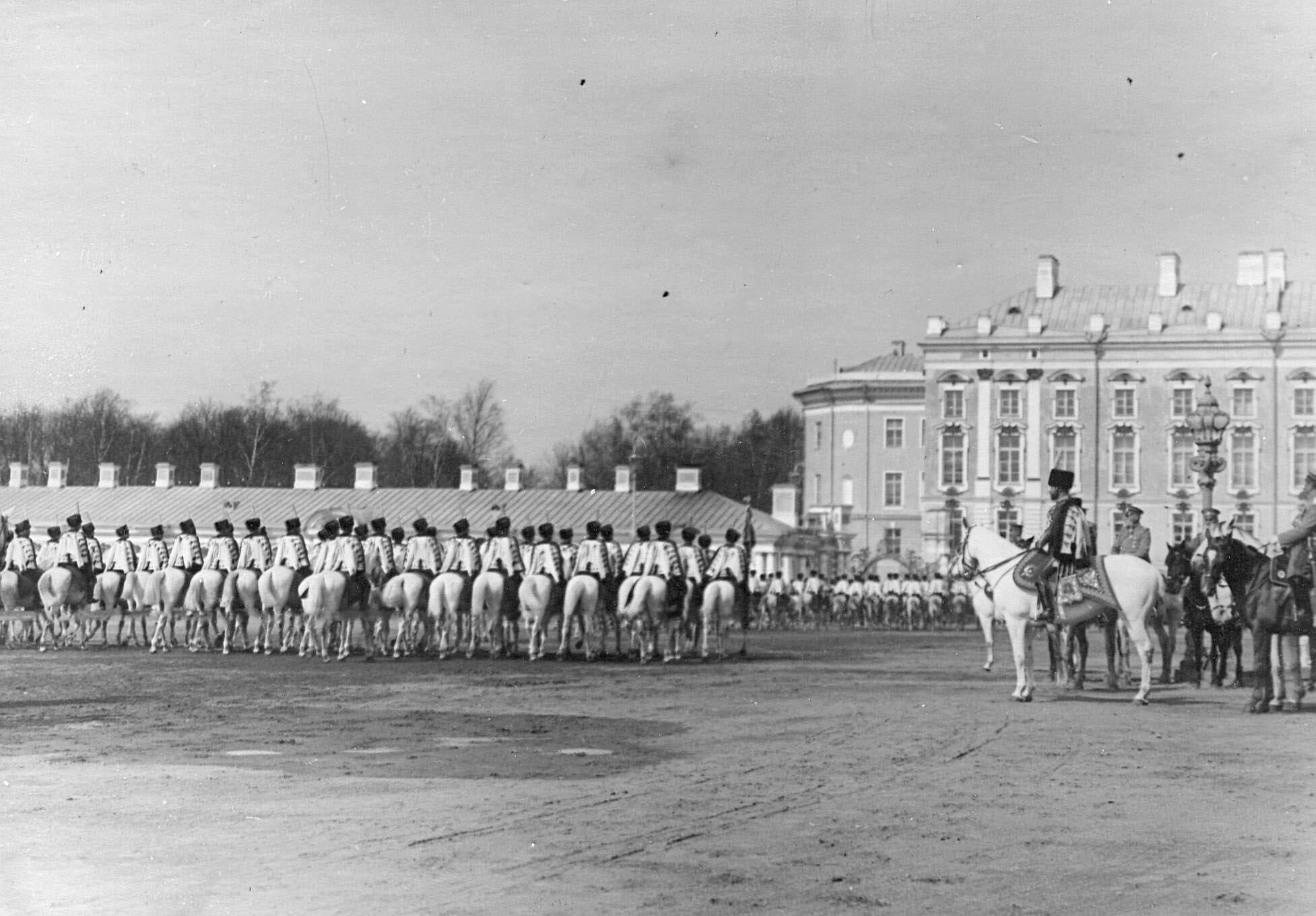 1910. Полк лейб-гусар проходит церемониальным маршем на параде мимо императора Николая II. 15 мая