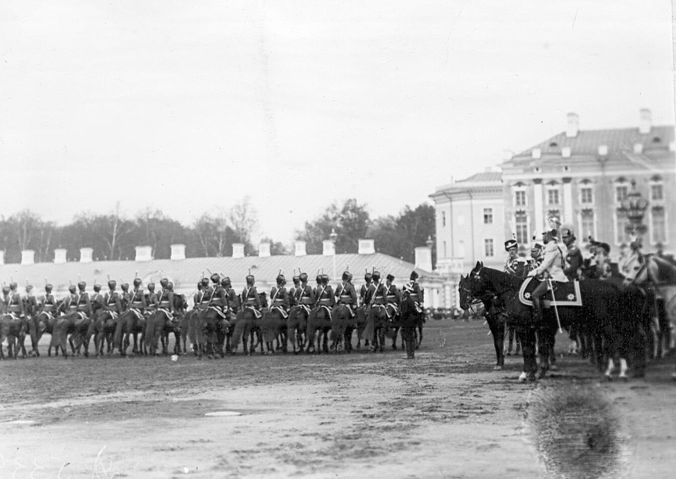 1912. Лейб-гвардии Гусарский его величества полк проходит маршем мимо императора Николая II и германского принца Фридриха-Вильгельма. 7 мая