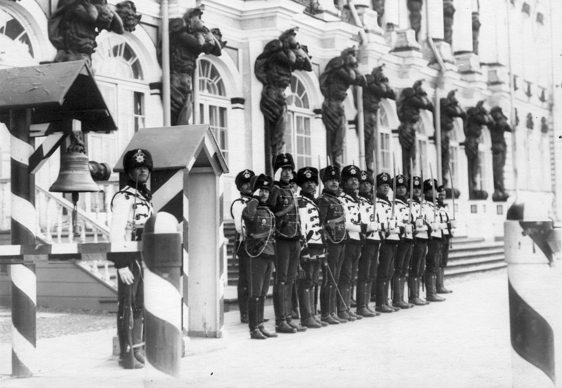 1913. Дворцовый караул полка у здания Екатерининского дворца. 22 апреля