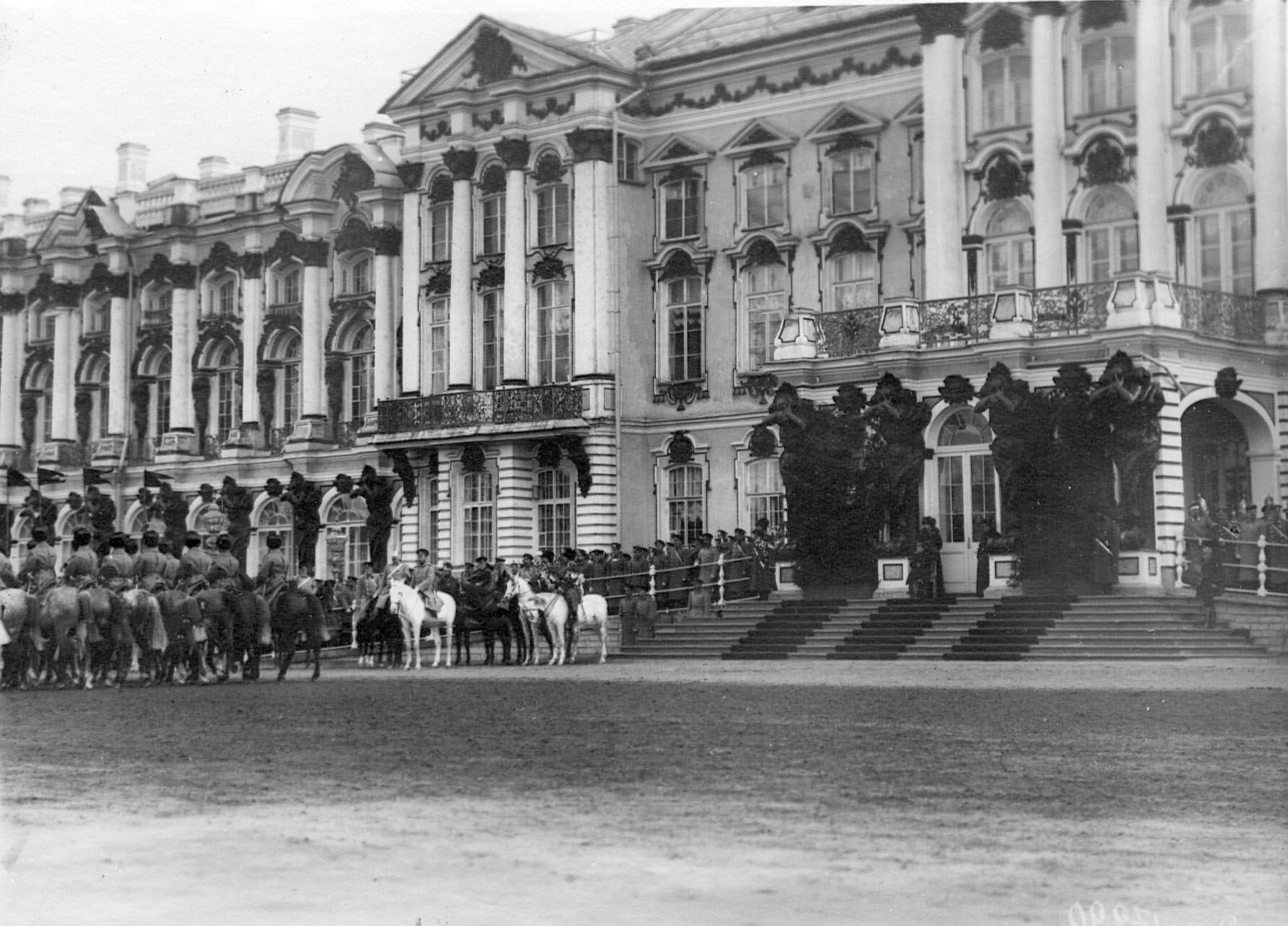 1913. Церемониальный марш молодых солдат призыва 1912 года на параде полка перед Екатериненским дворцом