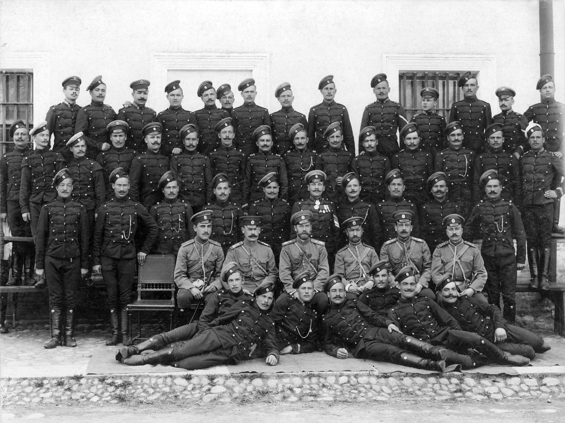 Чины Лейб-гвардии Гусарского Его Величества полка со своим шефом Е.И.В. Николаем II.