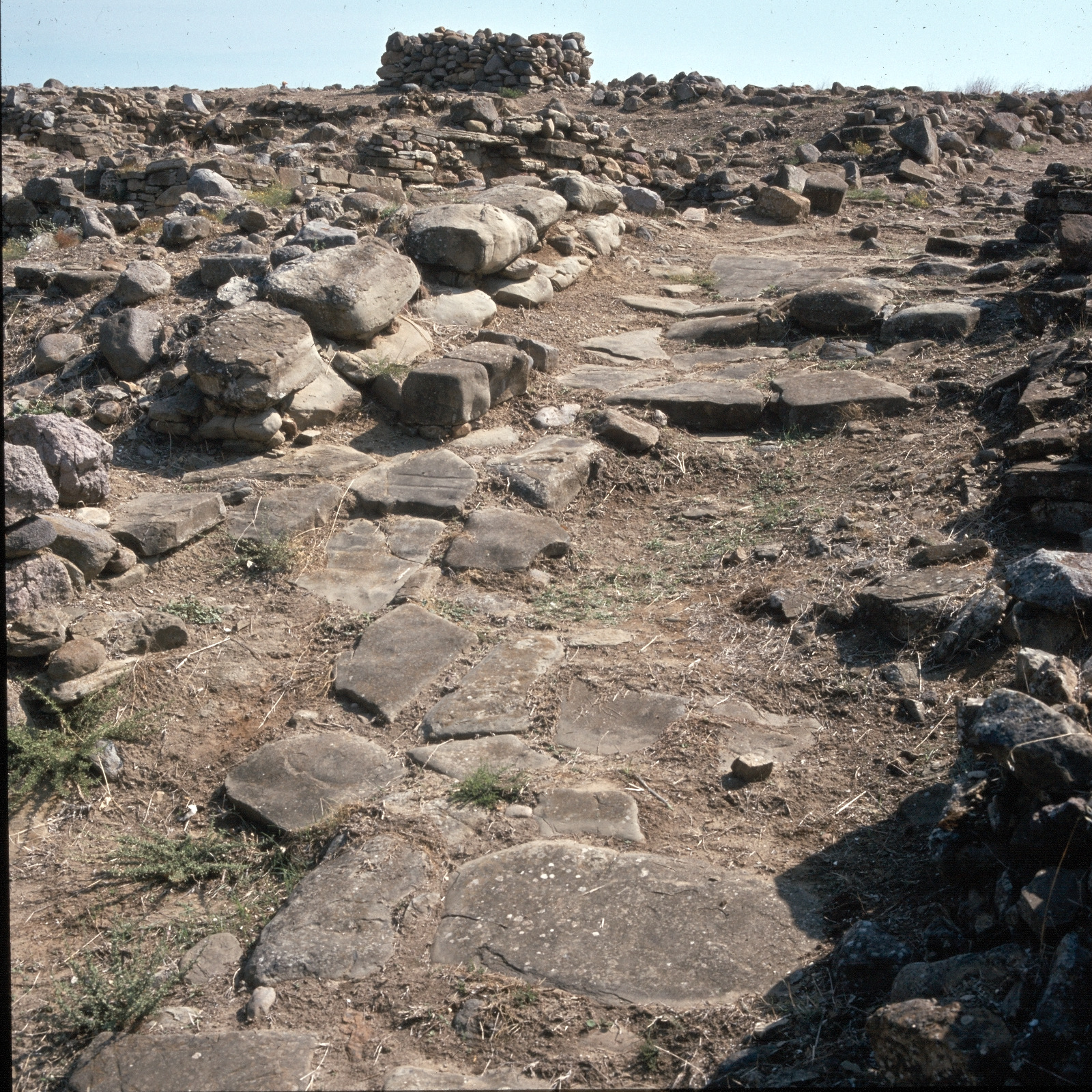 Древнейшее неолитическое поселение Полиохни. Подъездная дорога на севере