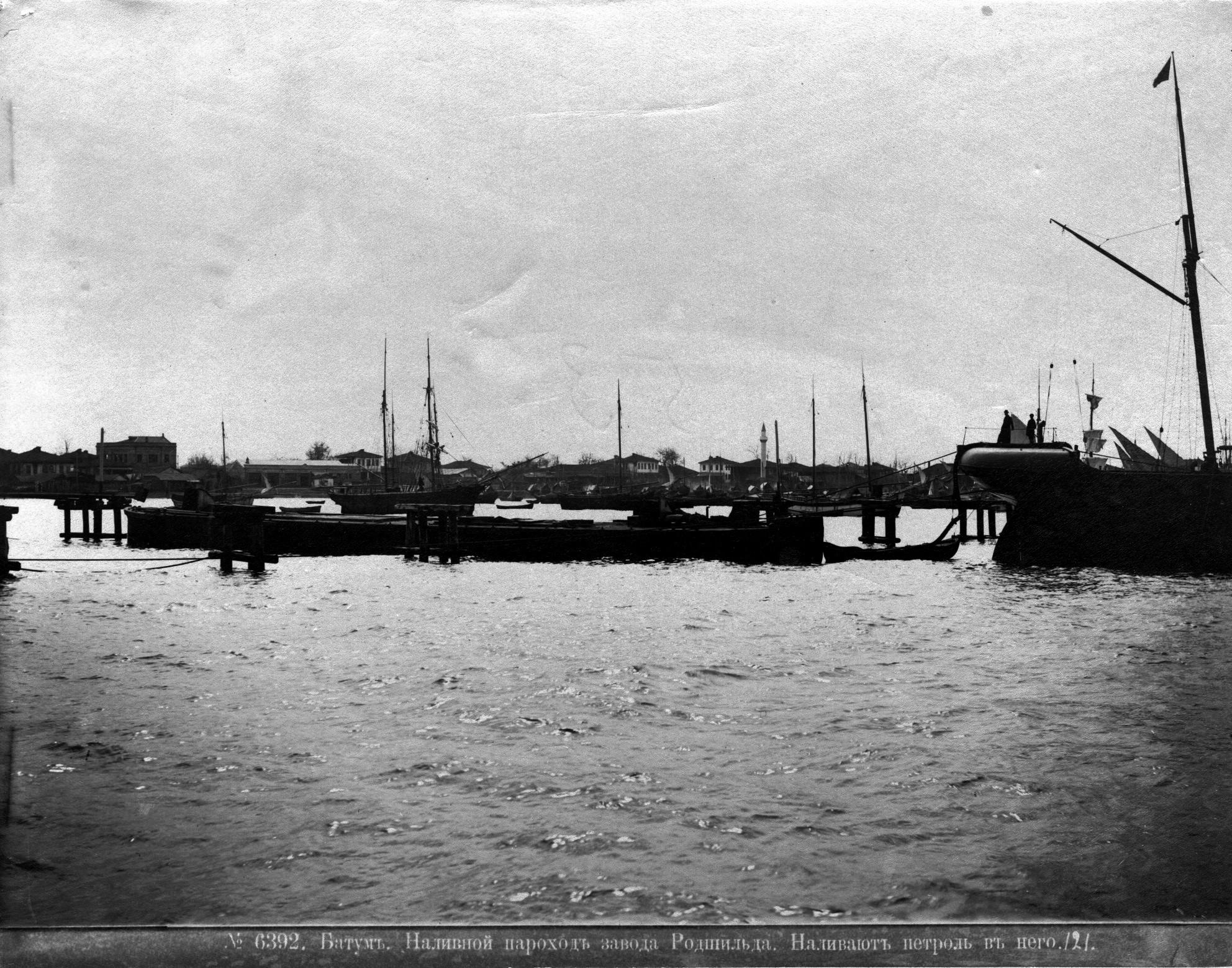 Наливной пароход завода Родшильда, наливают пе троль в него