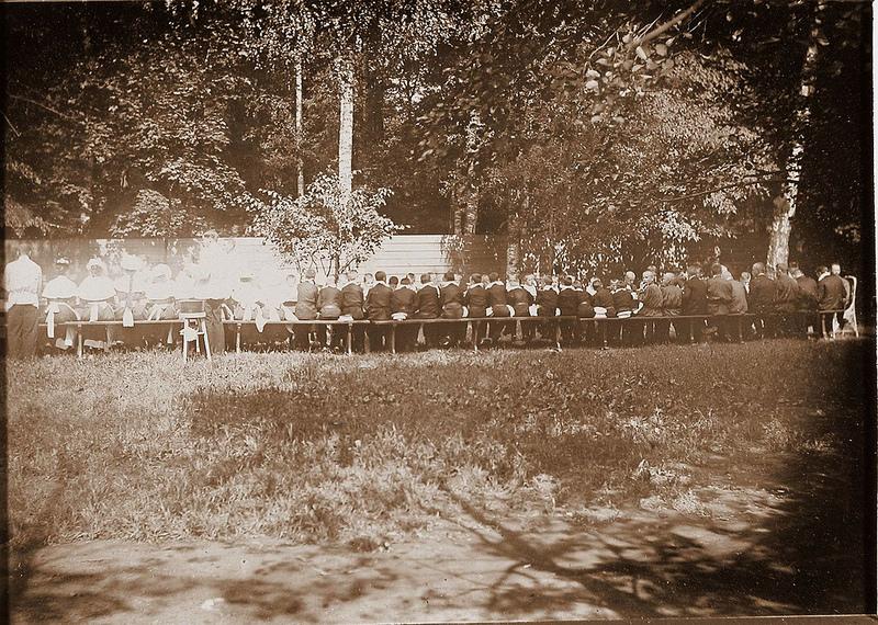 Воспитанники школы в саду за обедом. 22 июля