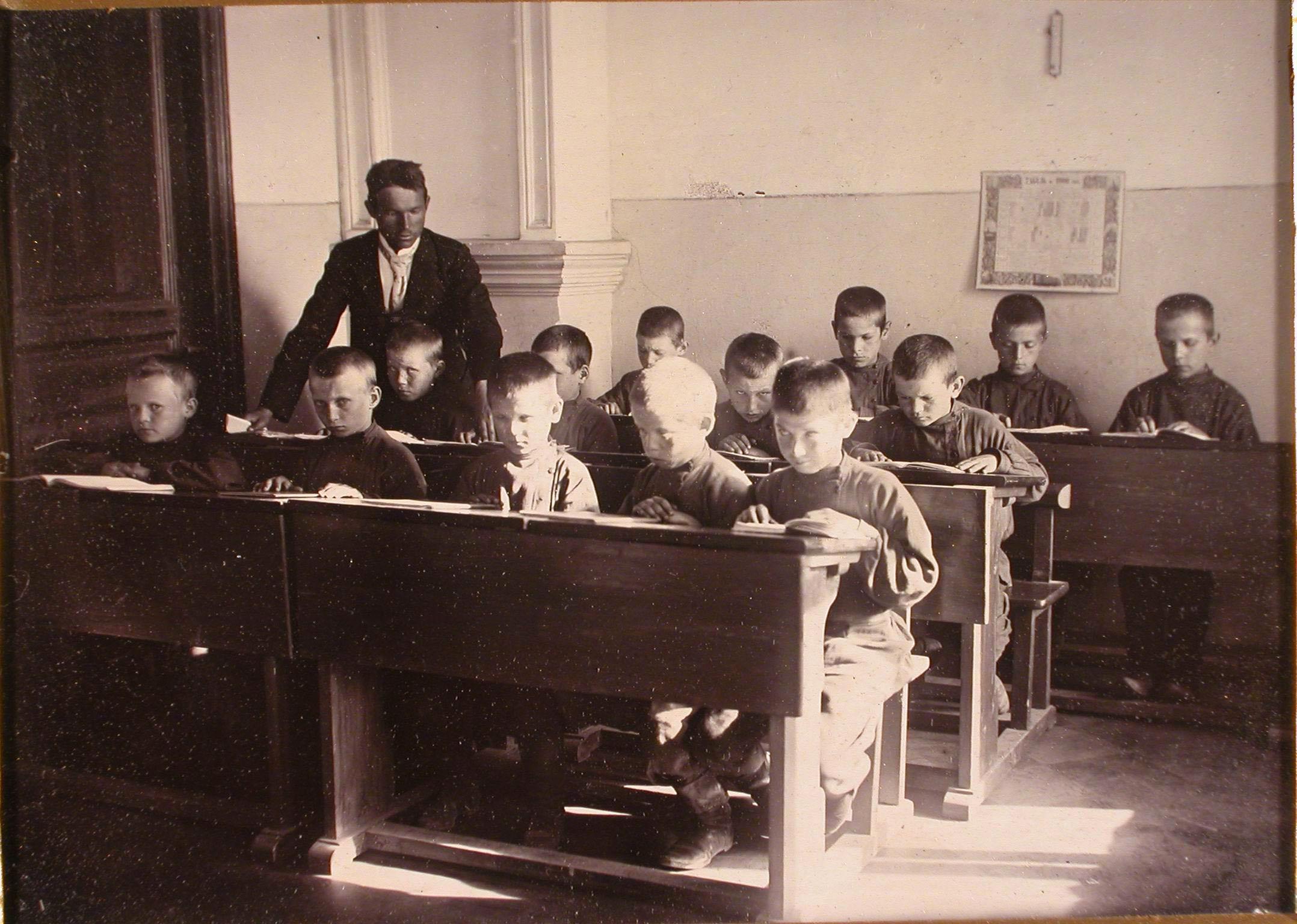 Группа воспитанников школы за приготовлением уроков в классе.
