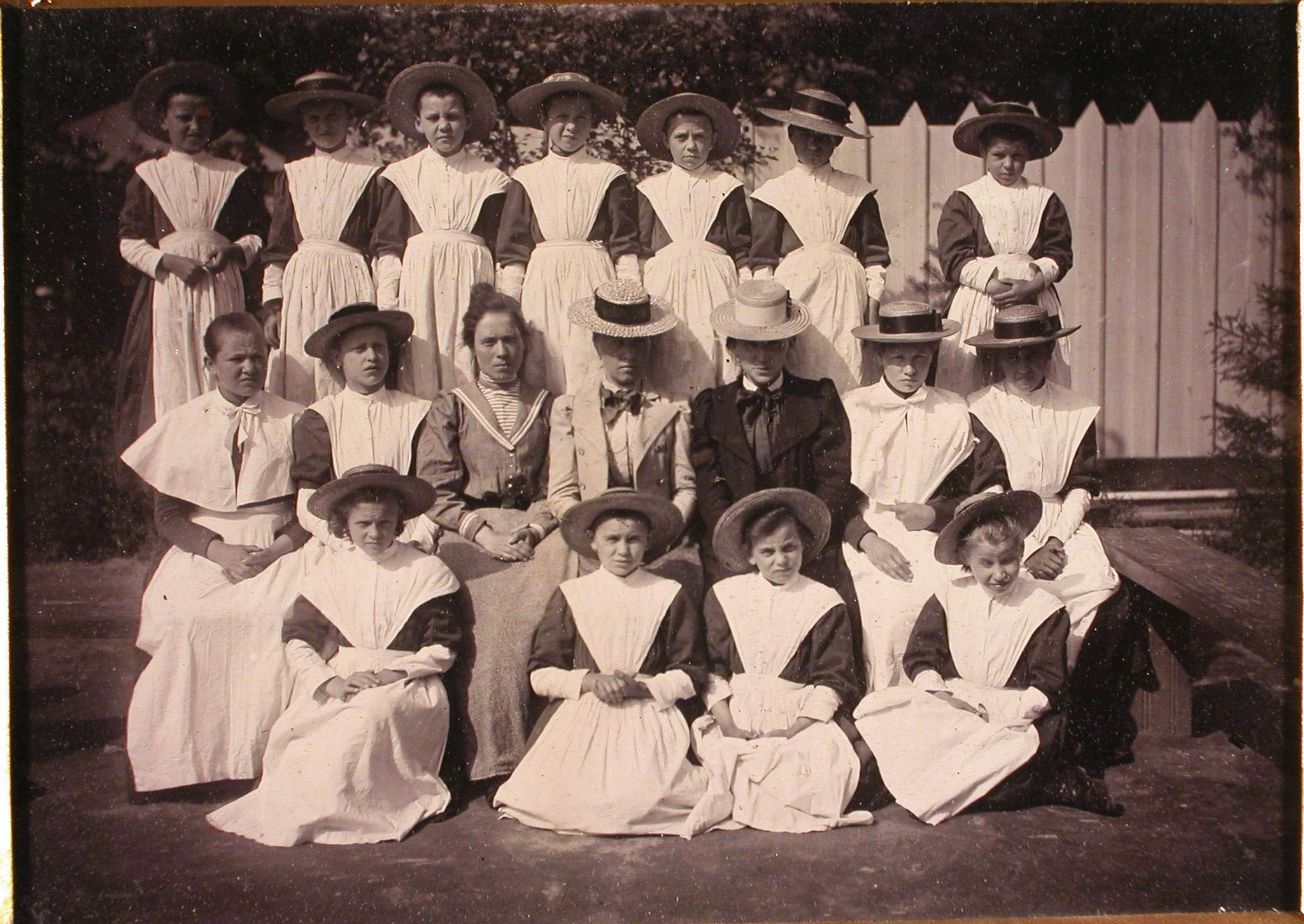 Группа воспитанниц женского отделения школы с учителем.