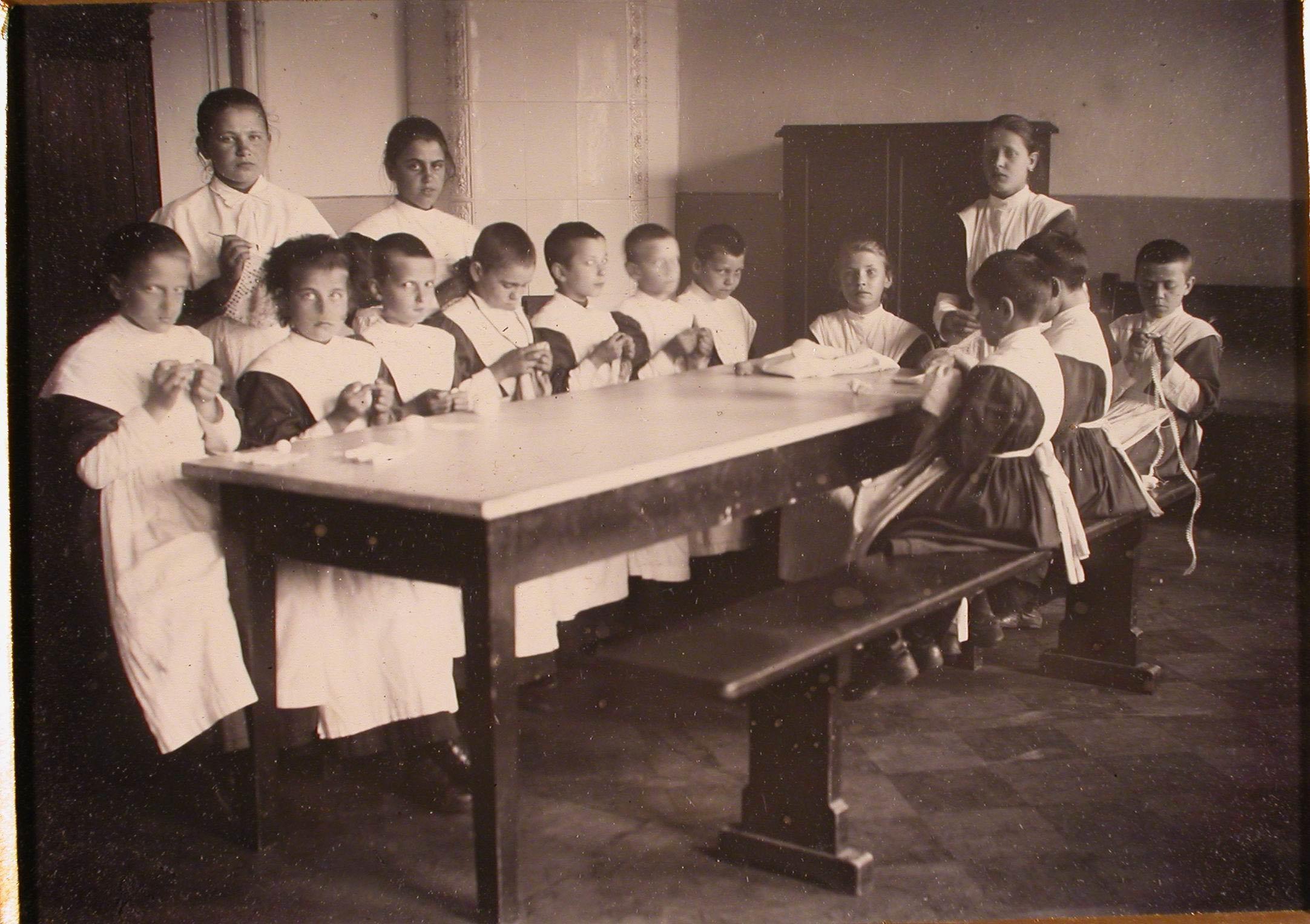 Группа воспитанниц школы попечительства государыни императрицы Марии Федоровны о глухонемых во время урока рукоделия.