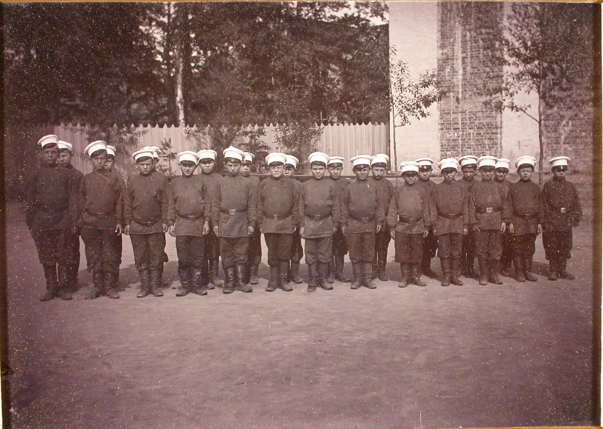 Группа мальчиков-воспитанников школы в строю перед началом занятий гимнастикой.