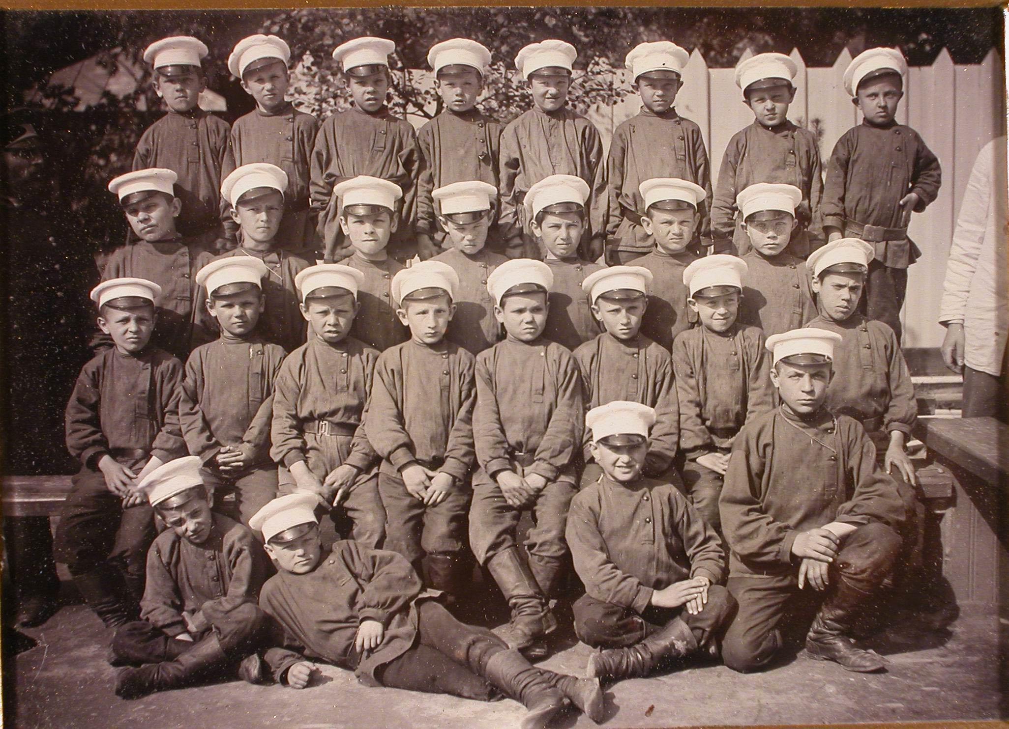 Группа мальчиков-воспитанников школы.