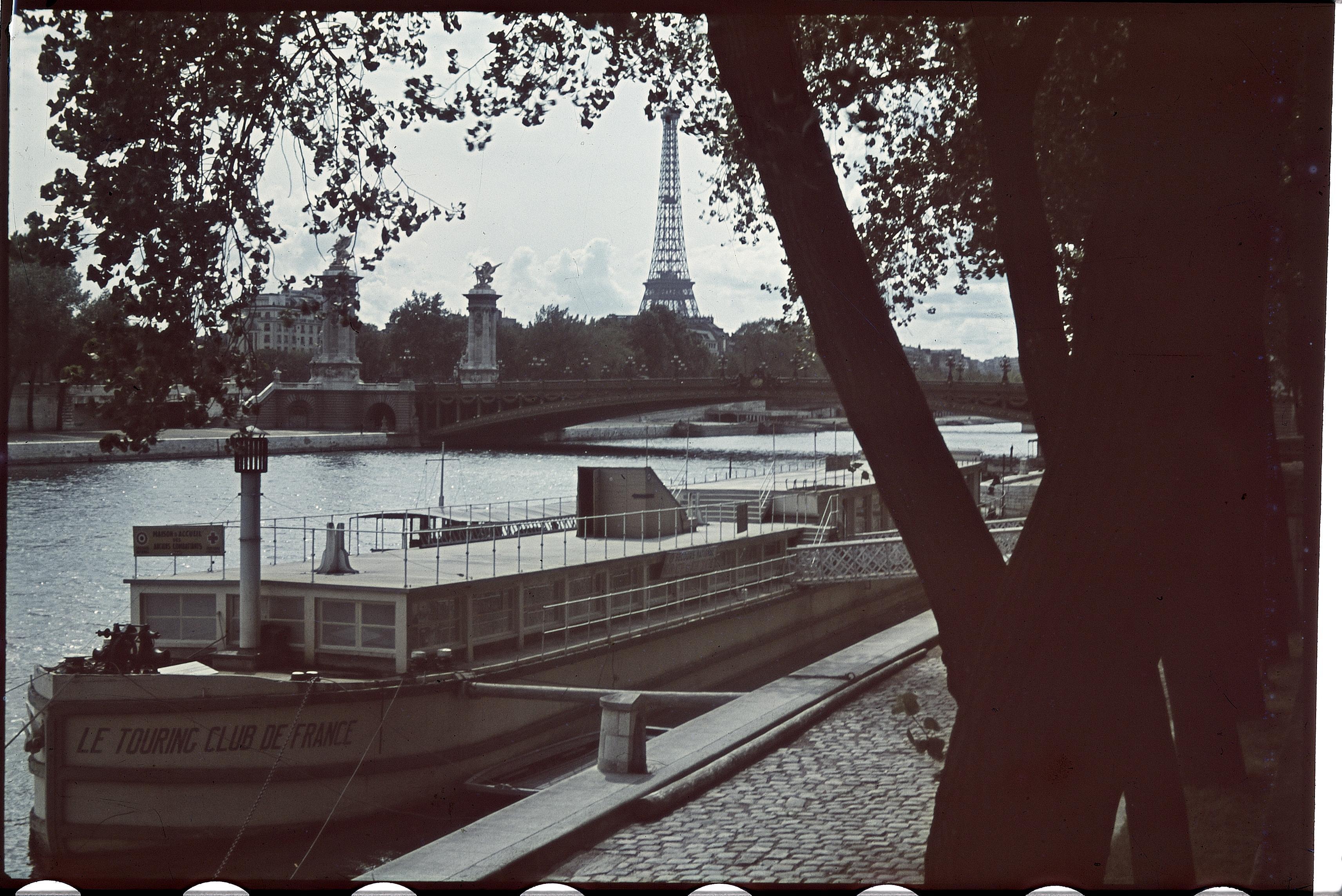 Баржа Туристического Клуба  возле Моста Инвалидов