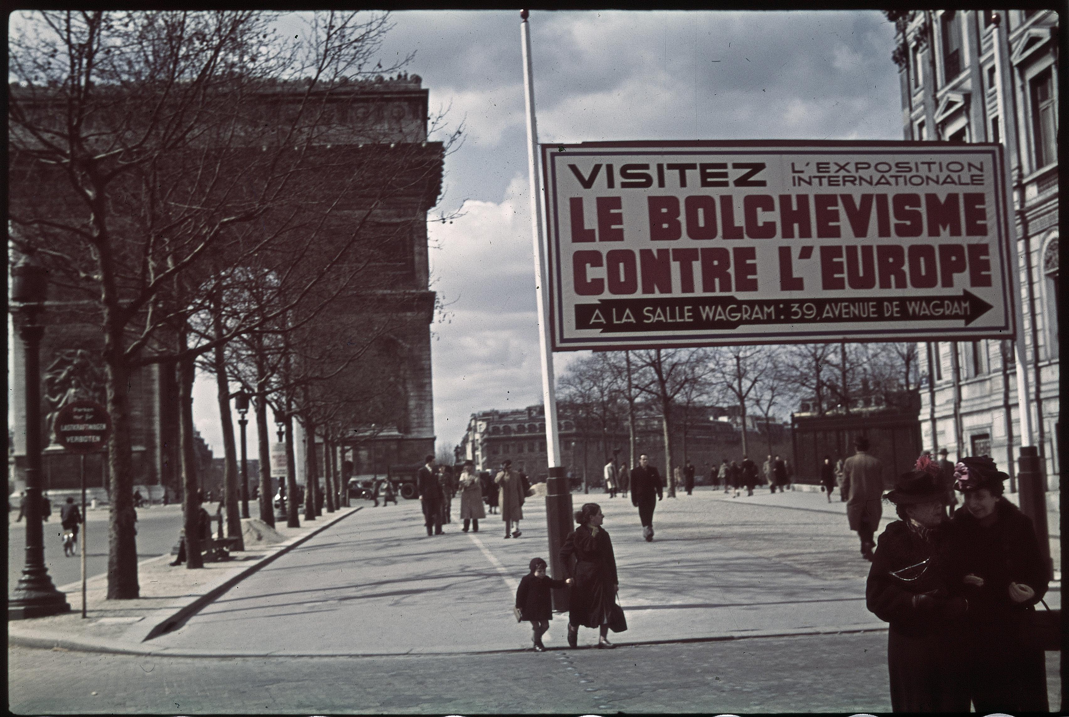 Плакат на Елисейских полях. Посетите выставку «Большевизм против Европы»