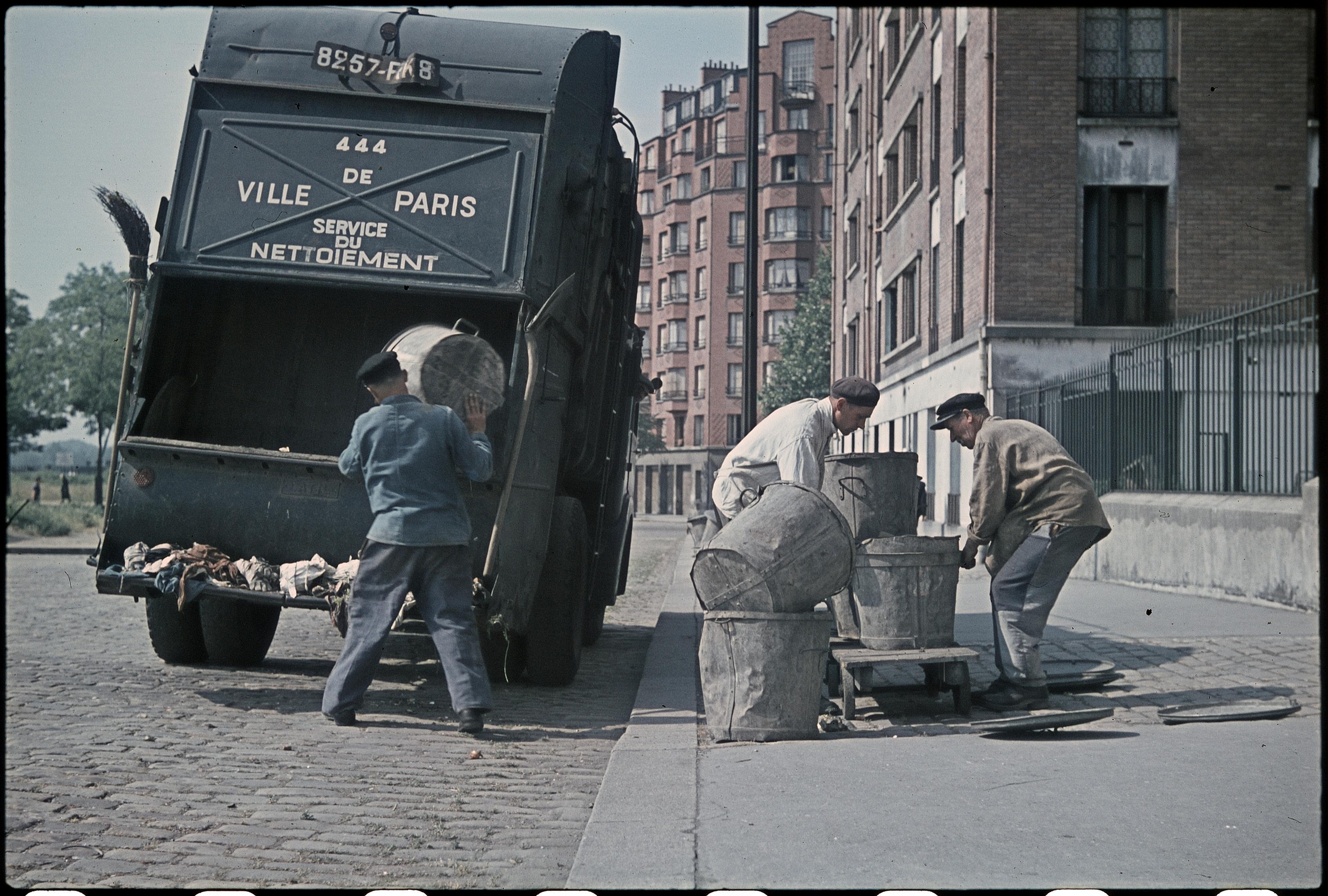 Уборка мусора. Авеню Ламорисьер возле Венсенских ворот