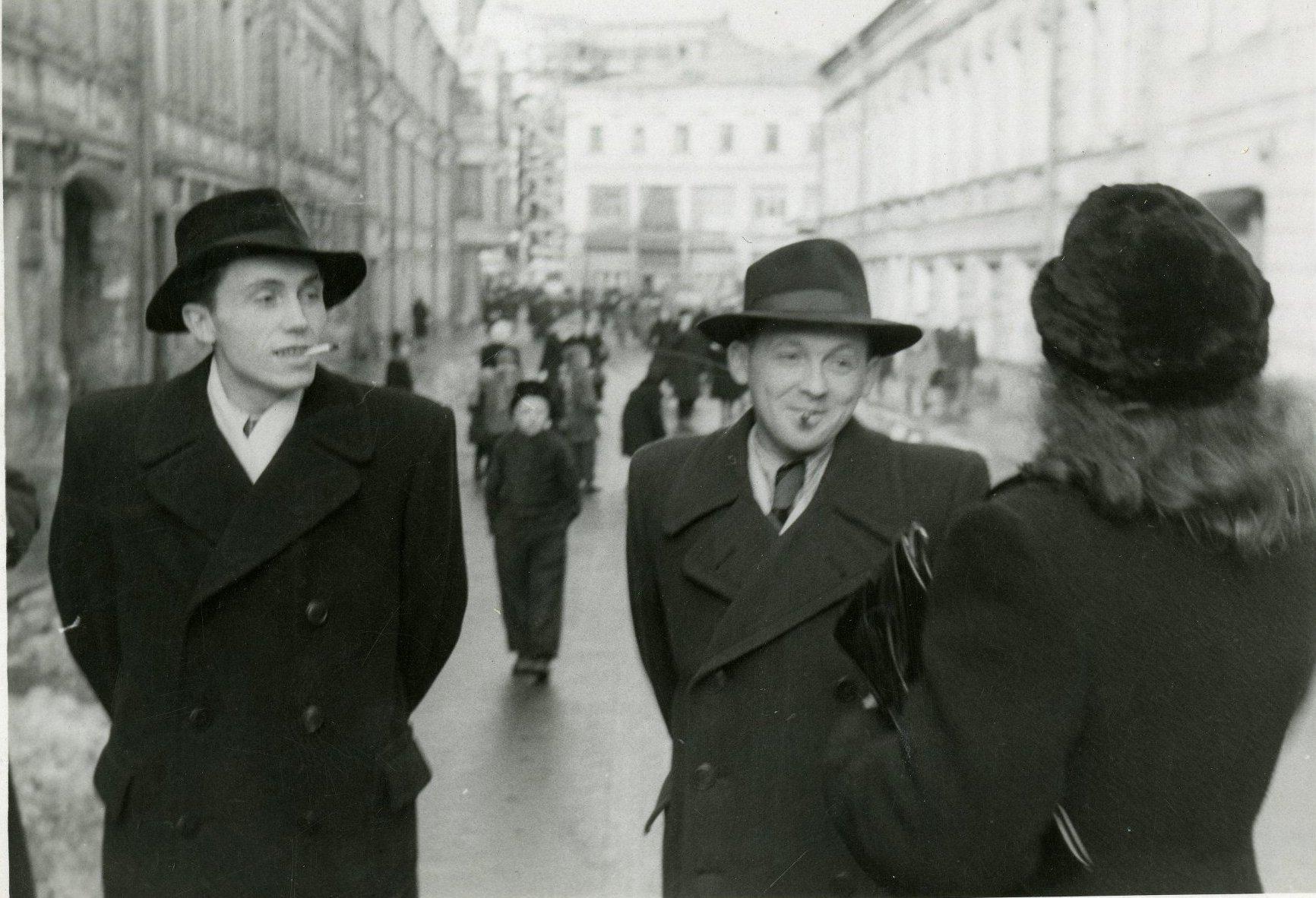 1952. Двое неизвестных мужчин в пальто и шляпах в Дмитровском переулке