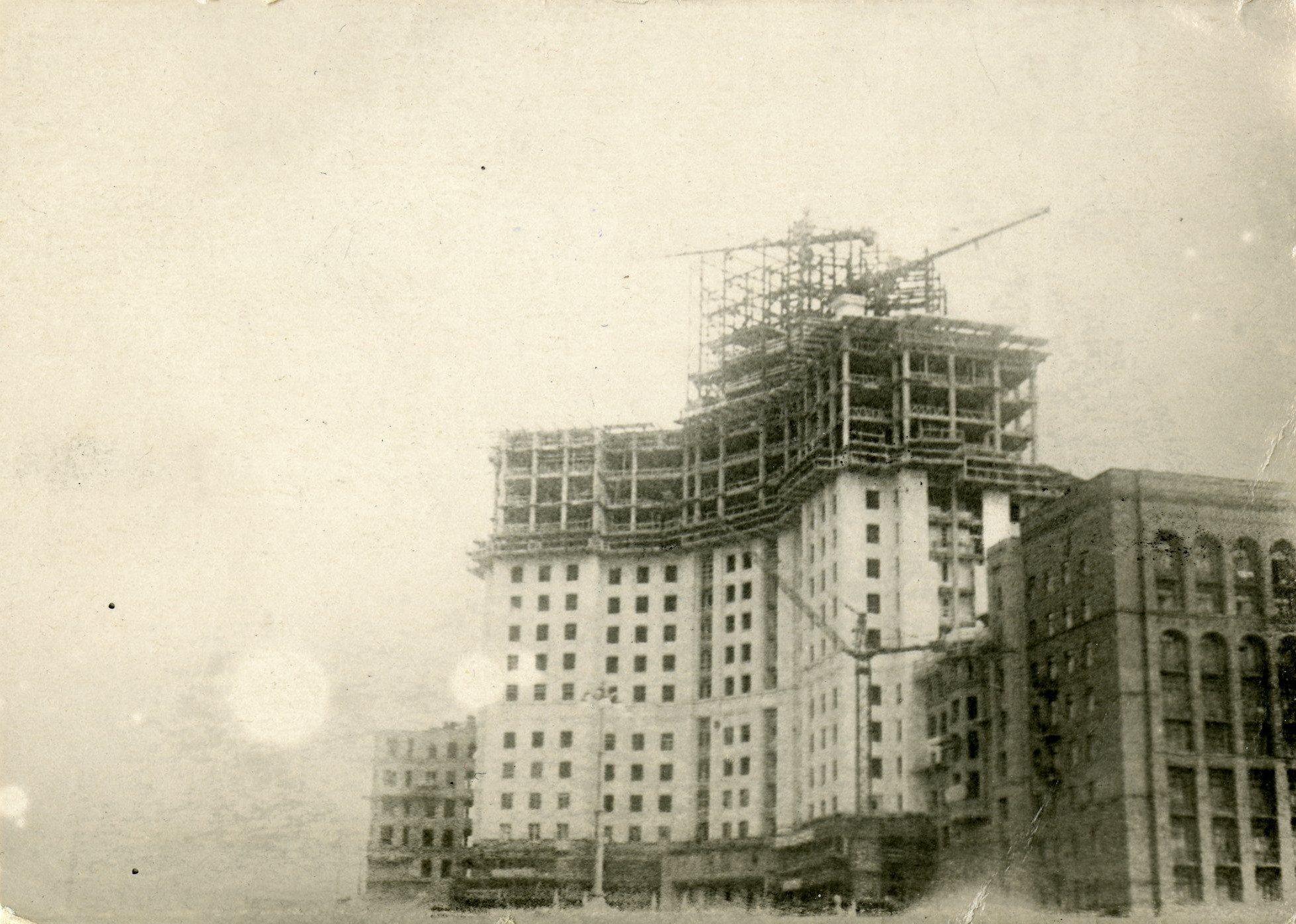 1939-1940. Вид на строительство высотного здания на Котельнической набережной.