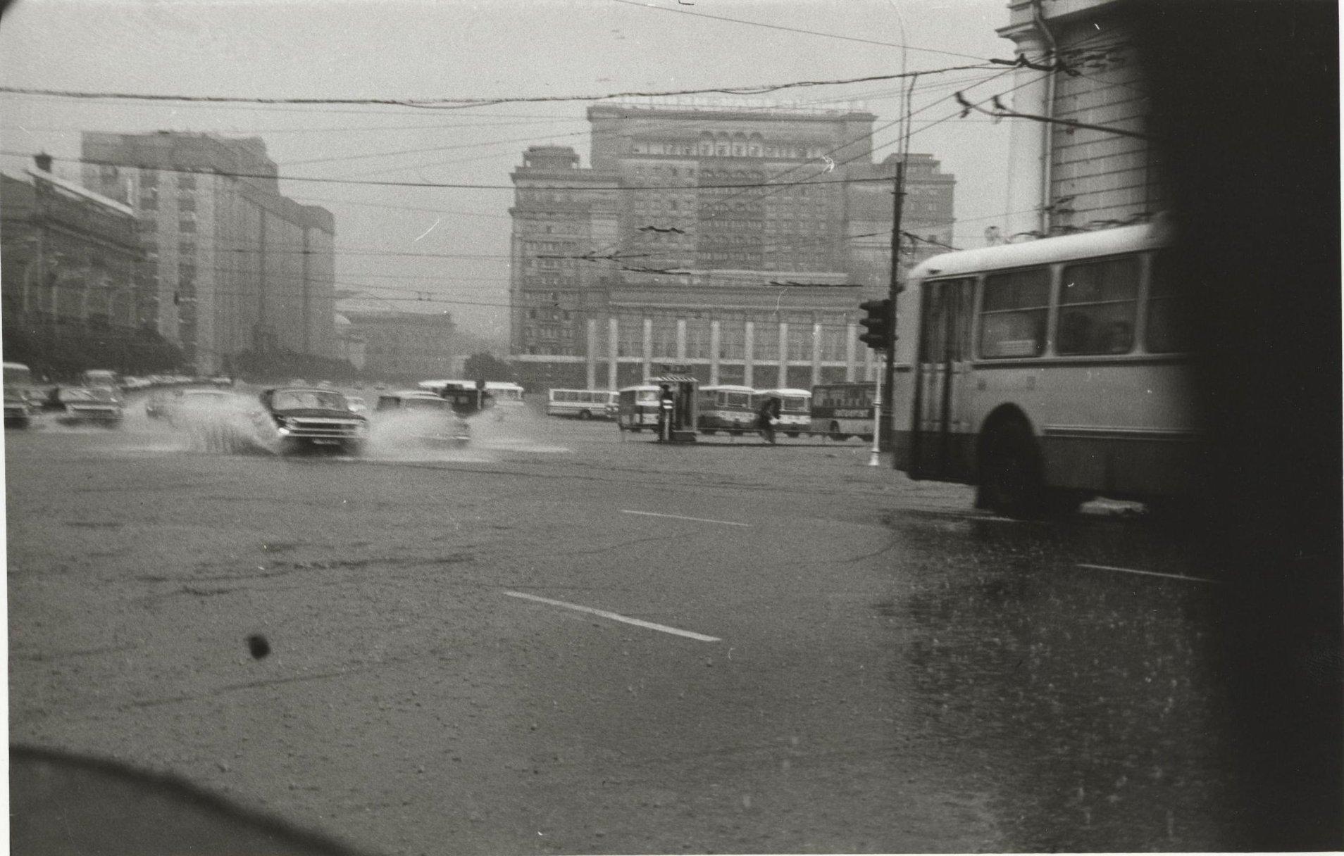 1970-е. Вид на гостиницу «Москва» и движущийся перед ней транспорт во время сильного дождя (1)