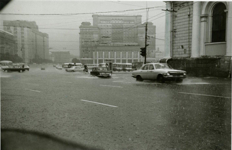 1970-е. Вид на гостиницу «Москва» и движущийся перед ней транспорт во время сильного дождя (2)