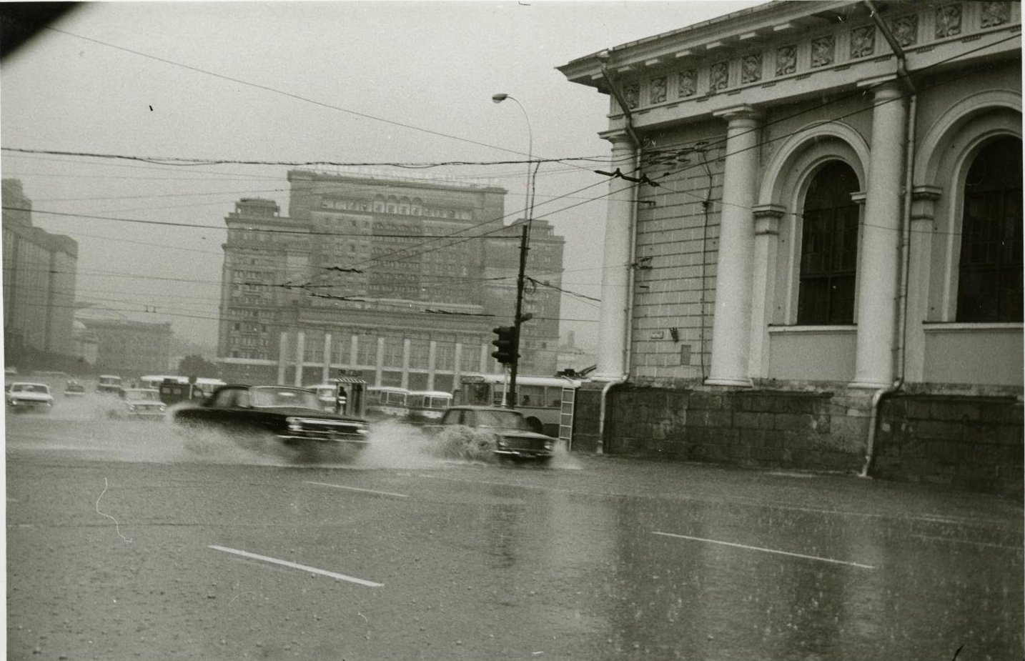 1970-е. Вид на гостиницу «Москва» и движущийся перед ней транспорт во время сильного дождя (3)