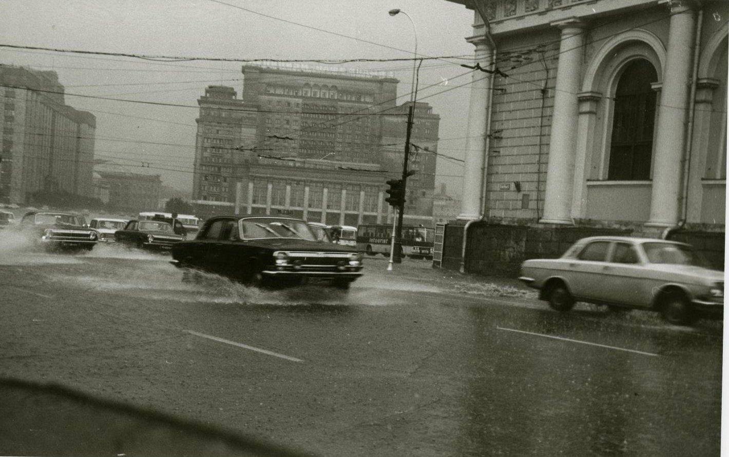 1970-е. Вид на гостиницу «Москва» и движущийся перед ней транспорт во время сильного дождя (4)