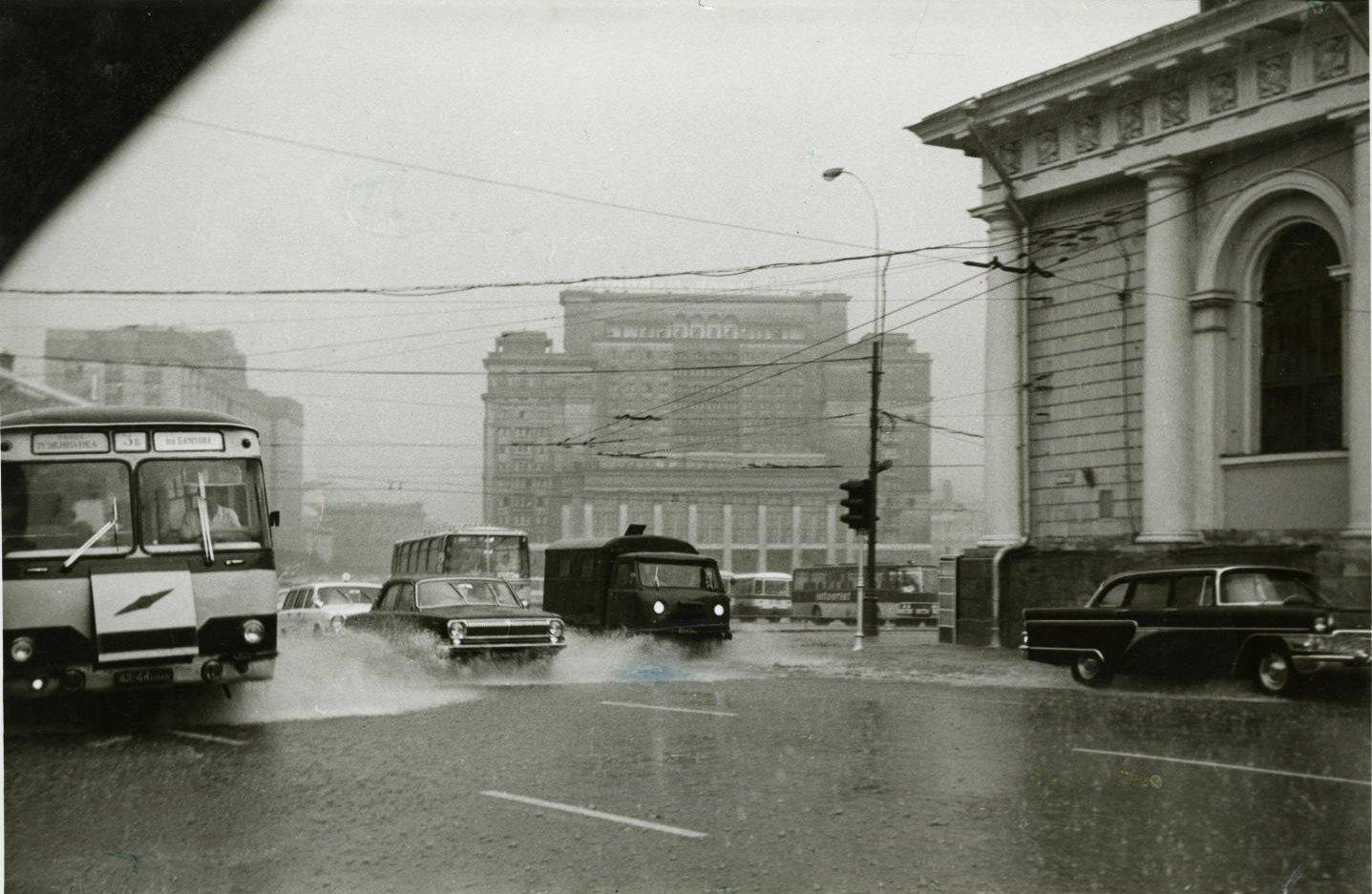 1970-е. Вид на гостиницу «Москва» и движущийся перед ней транспорт во время сильного дождя (5)