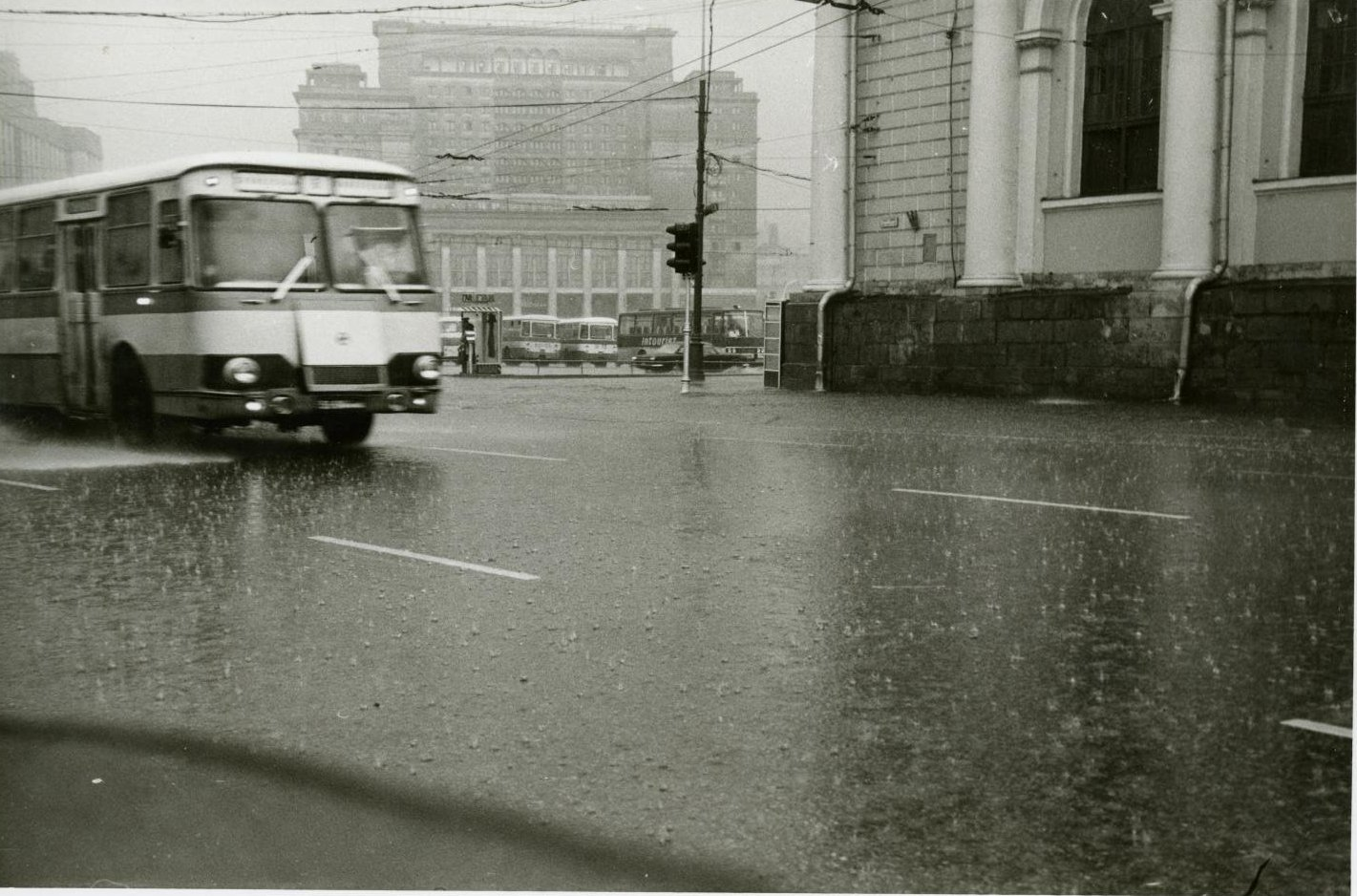 1970-е. Вид на гостиницу «Москва» и движущийся перед ней транспорт во время сильного дождя (6)