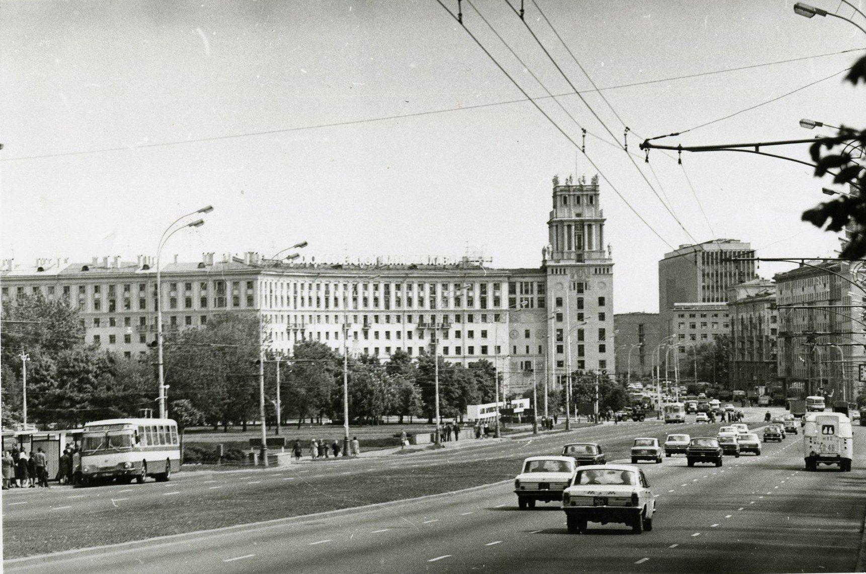 1970-е. Вид на площадь Гагарина (в сторону центра)