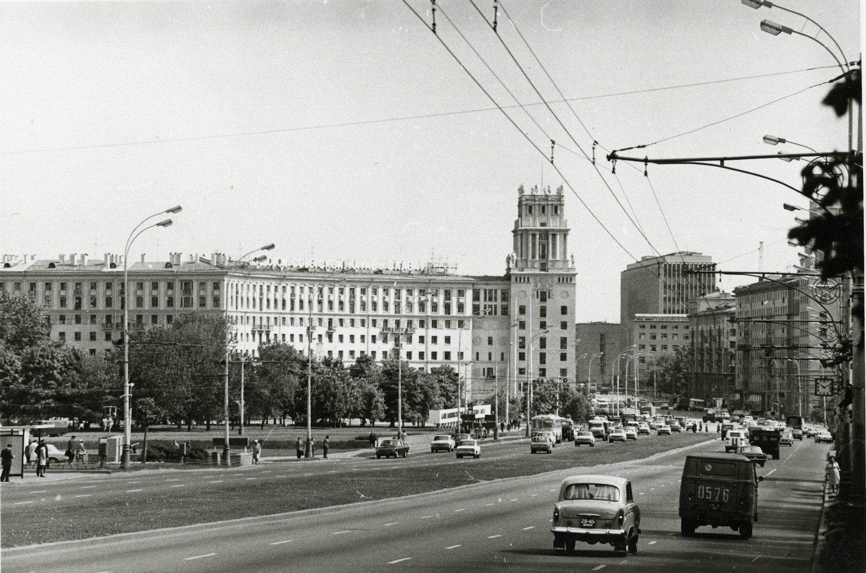 1970-е. Вид на площадь Гагарина (в сторону центра)1