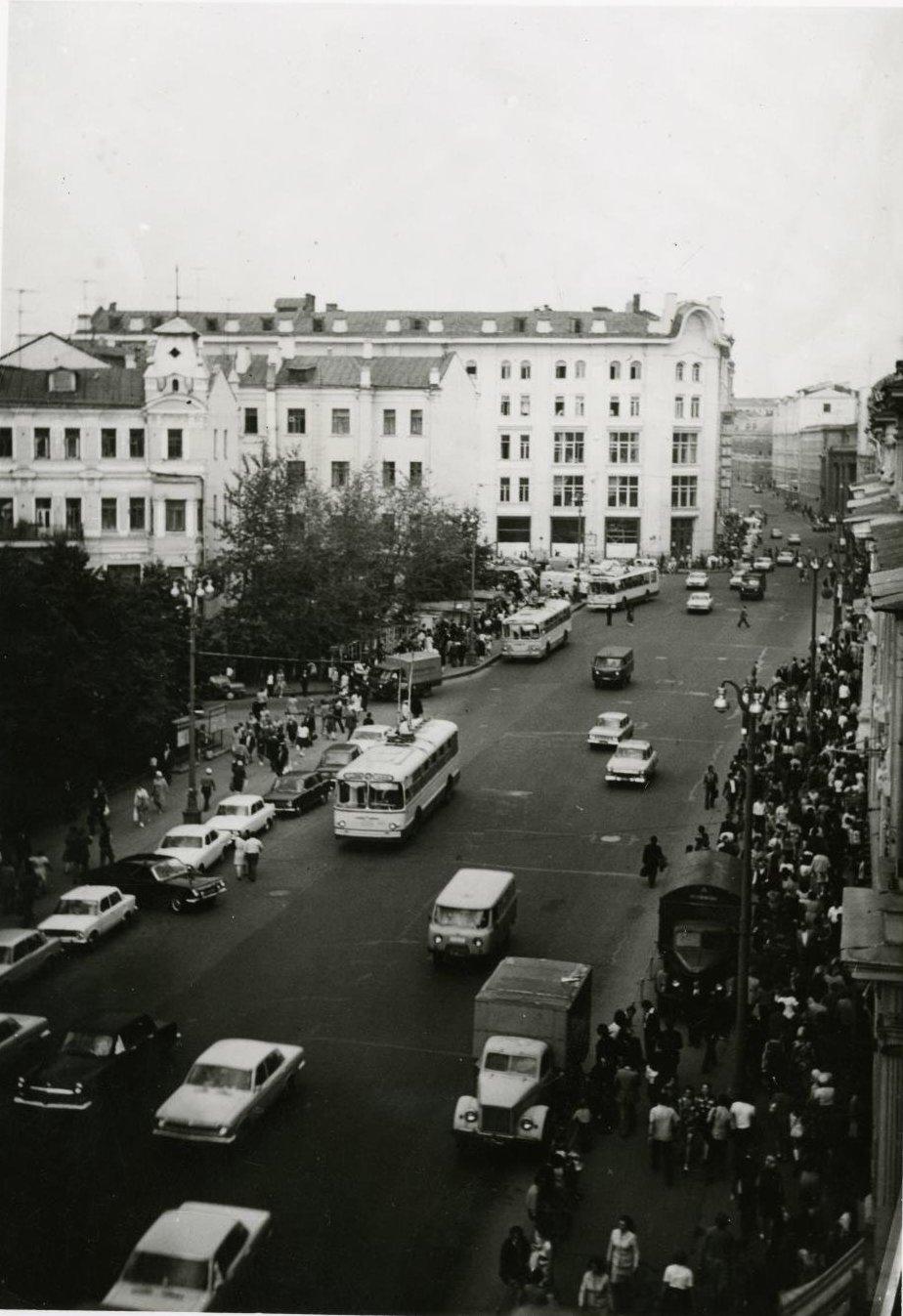 1970-е. Вид на улицу Петровку с балкона дома №8.