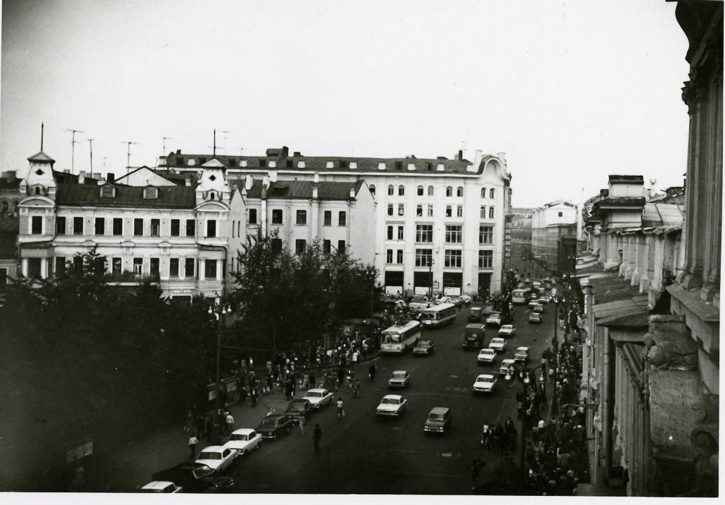 1970-е. Вид на улицу Петровку с балкона дома №8
