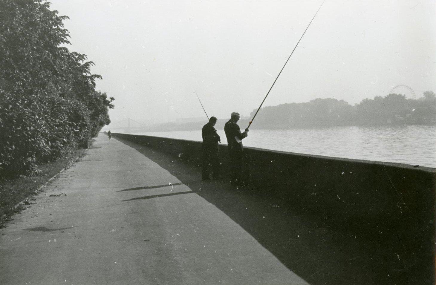 1970-е. Рыбаки на Фрунзенской набережной