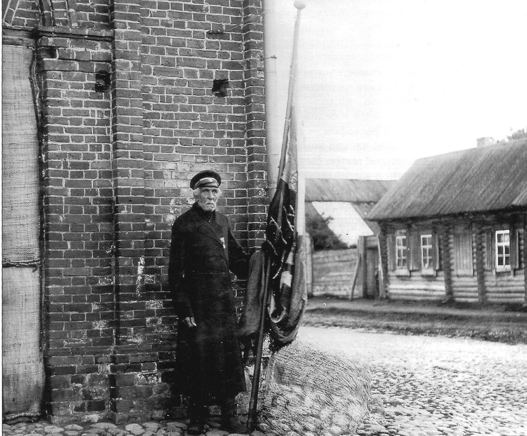 Старейший член пожарной команды И.Е. Кошкин у знамени. 1893