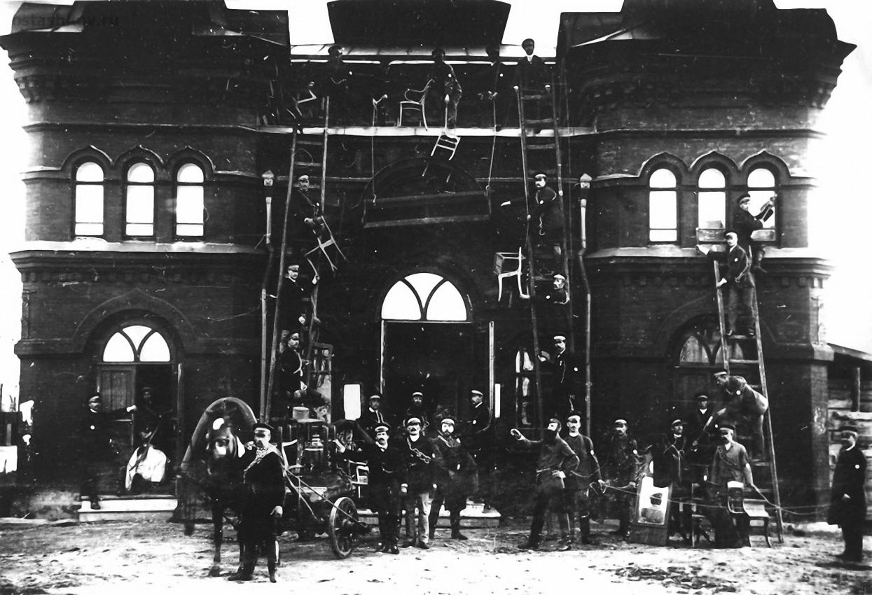 Тренировка пожарных  у здания театра