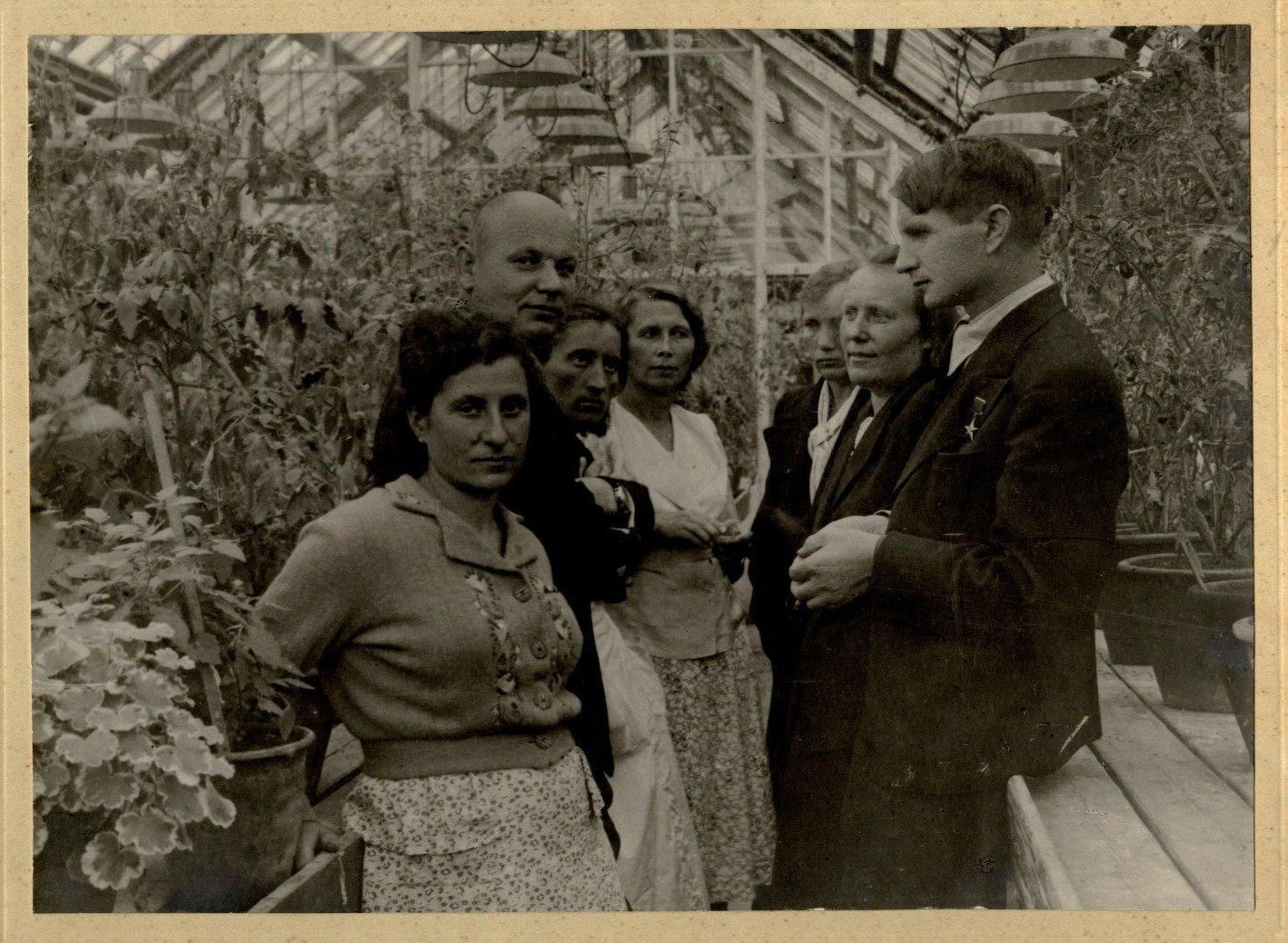 Академик Лысенко Т.Д.с сотрудниками в теплице Института генетики