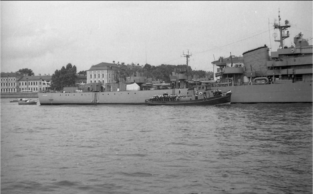 07. Доставка на берег шведских матросов при помощи буксира РБ-57