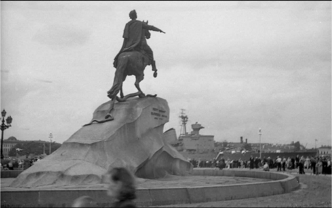 11. Пётр Первый на фоне шведского корабля